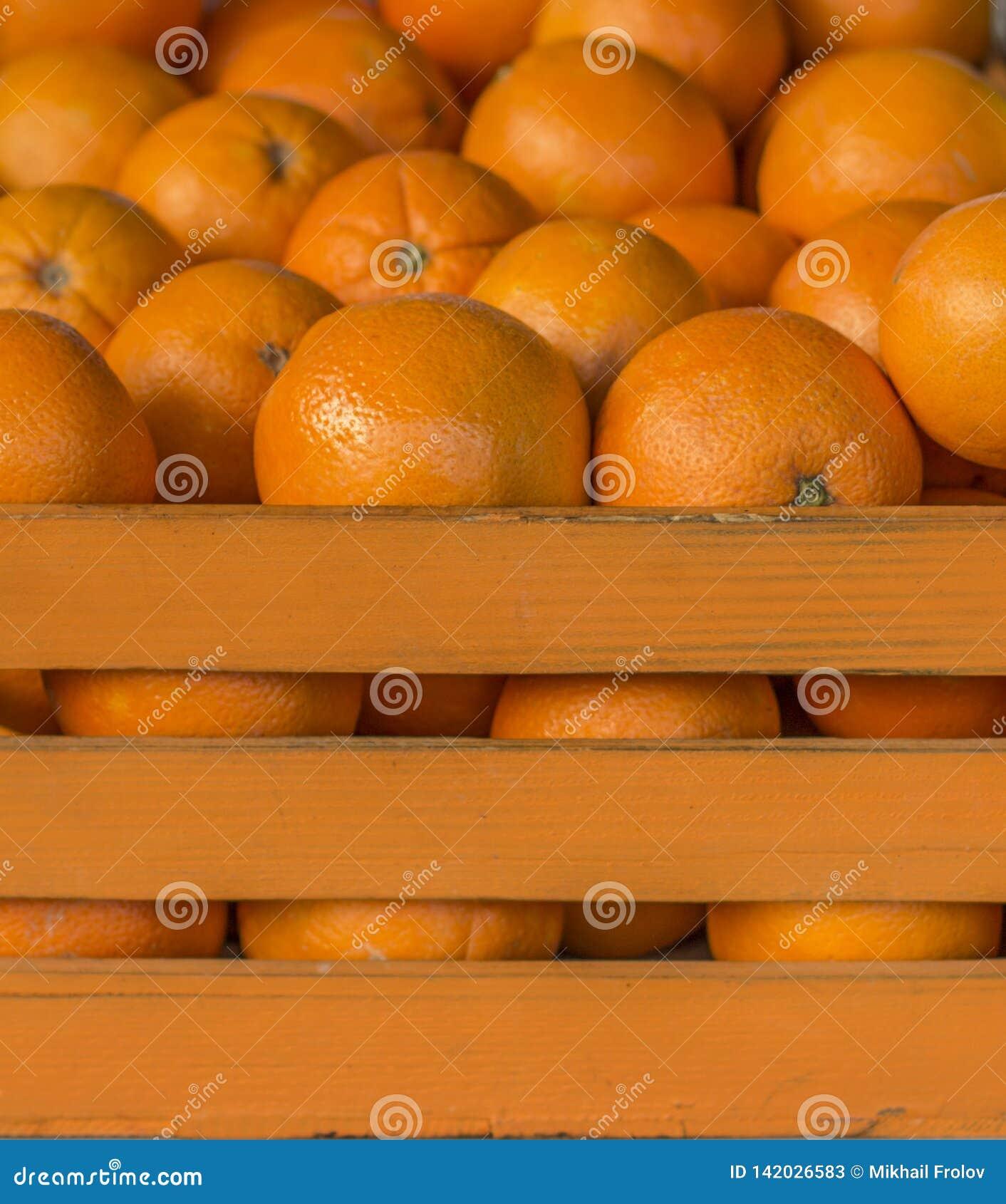 Laranjas na caixa alaranjada Gaiola completamente das laranjas