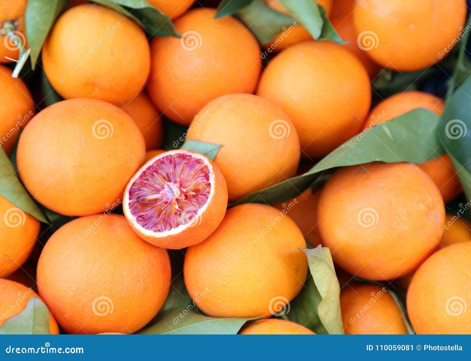 Laranjas na loja de mantimento - laranja pigmentada do tarocco - laranja otimista