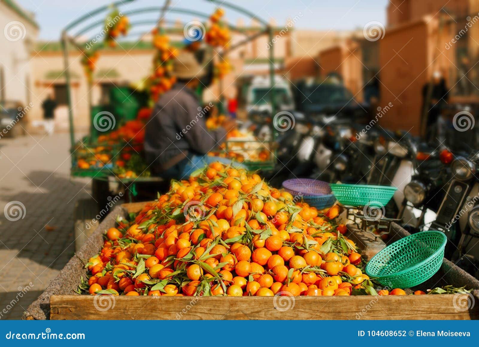 Laranjas tradicionais dos frutos de Marrocos no souk da loja da rua