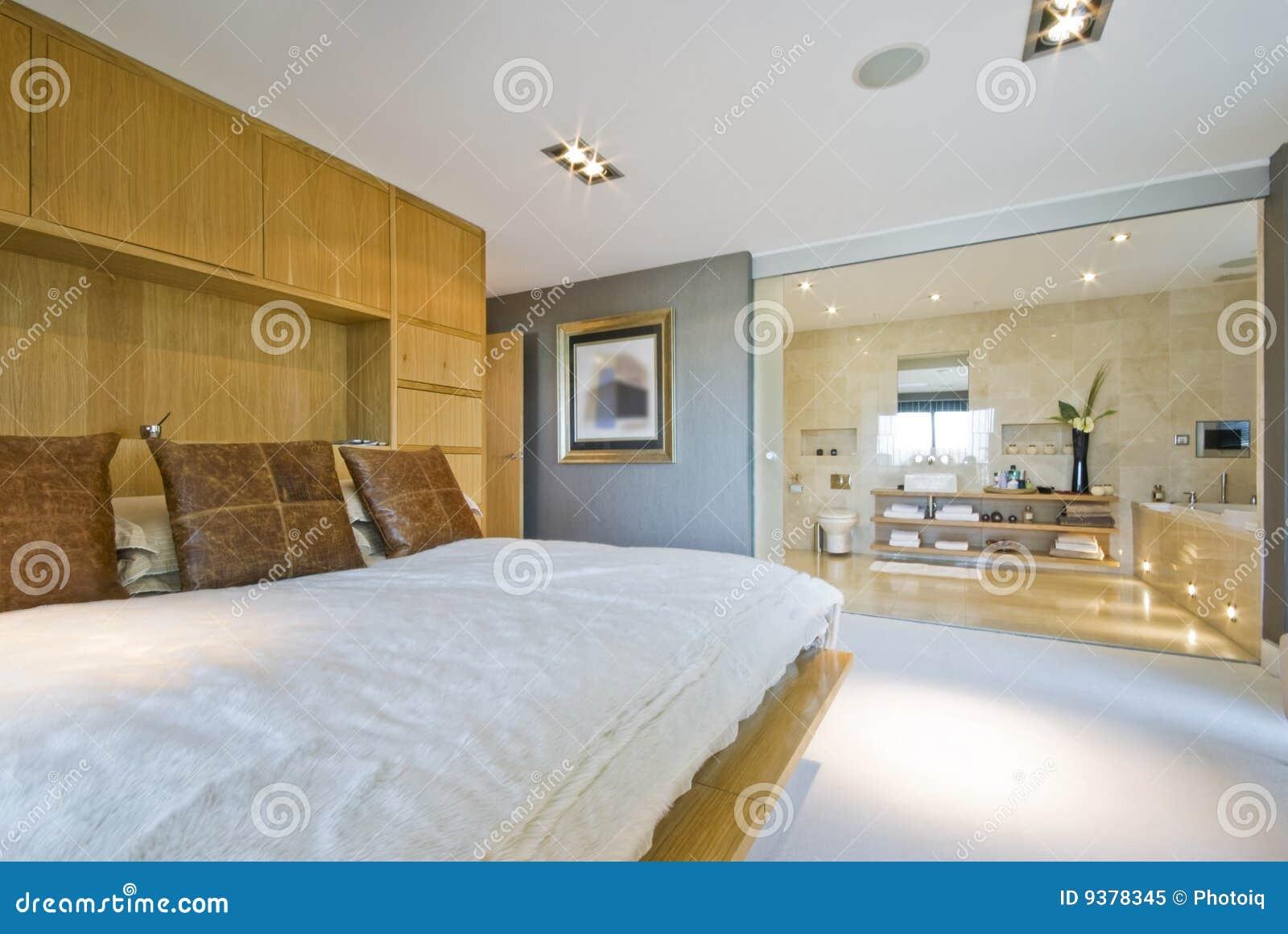 Bedroom En Suite Bathroom: Large Bedroom With En Suite Bathroom Stock Image