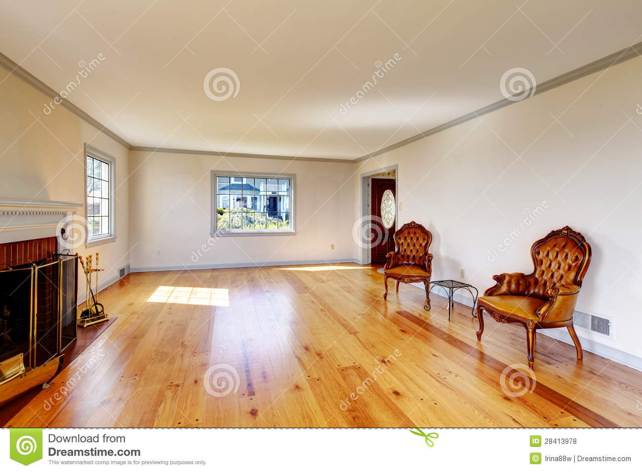 Large empty old living room interior with fireplace for Big empty living rooms