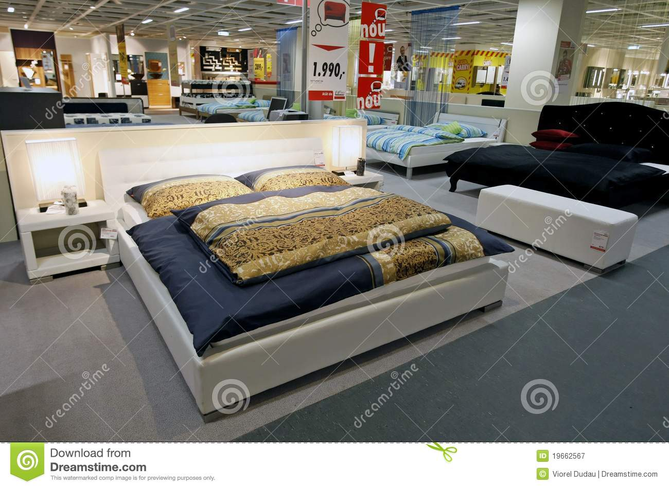 Ordinaire Large King Size Beds In Furniture Store