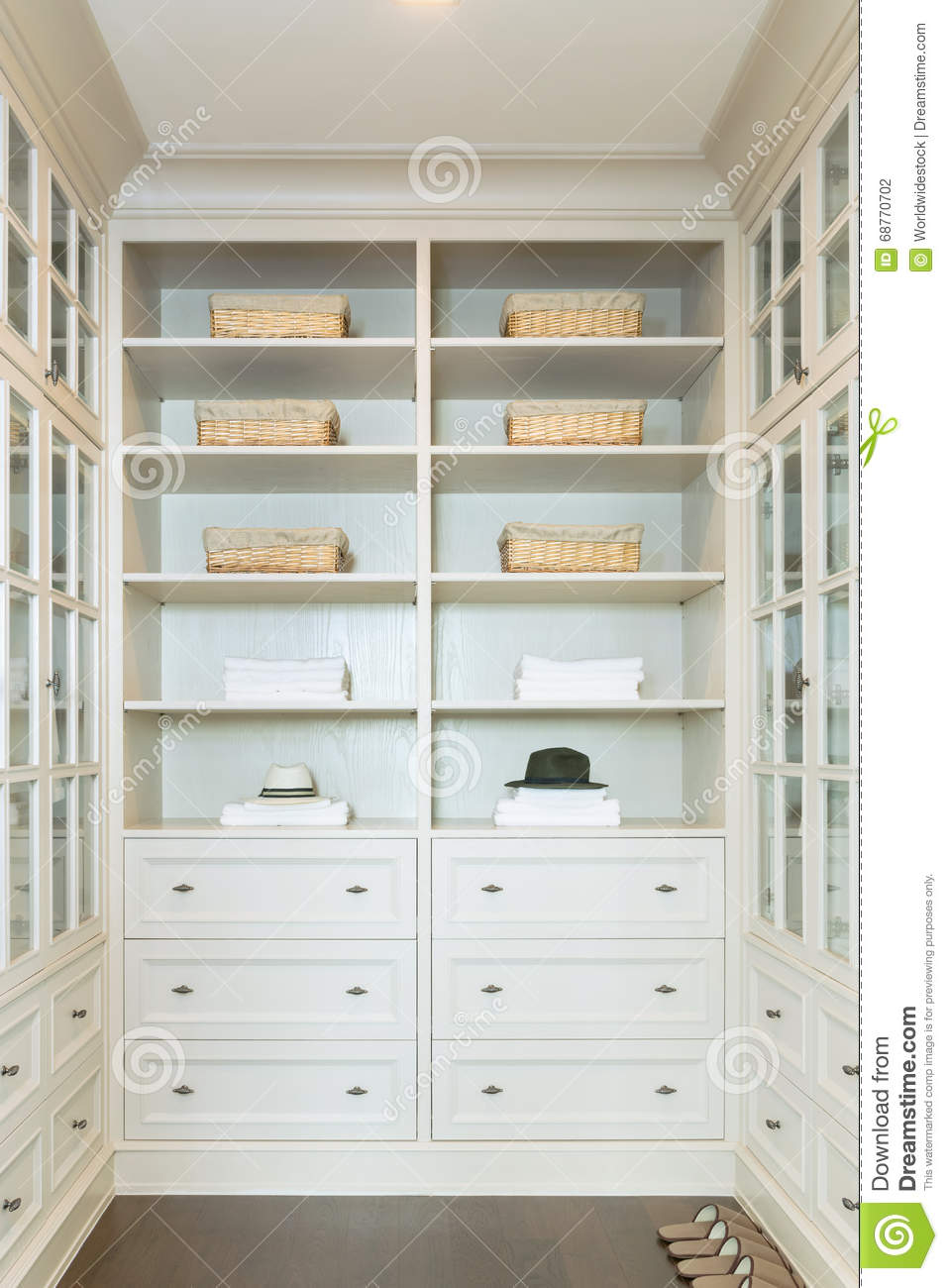 Merveilleux Large White Walk In Closet With Shelves