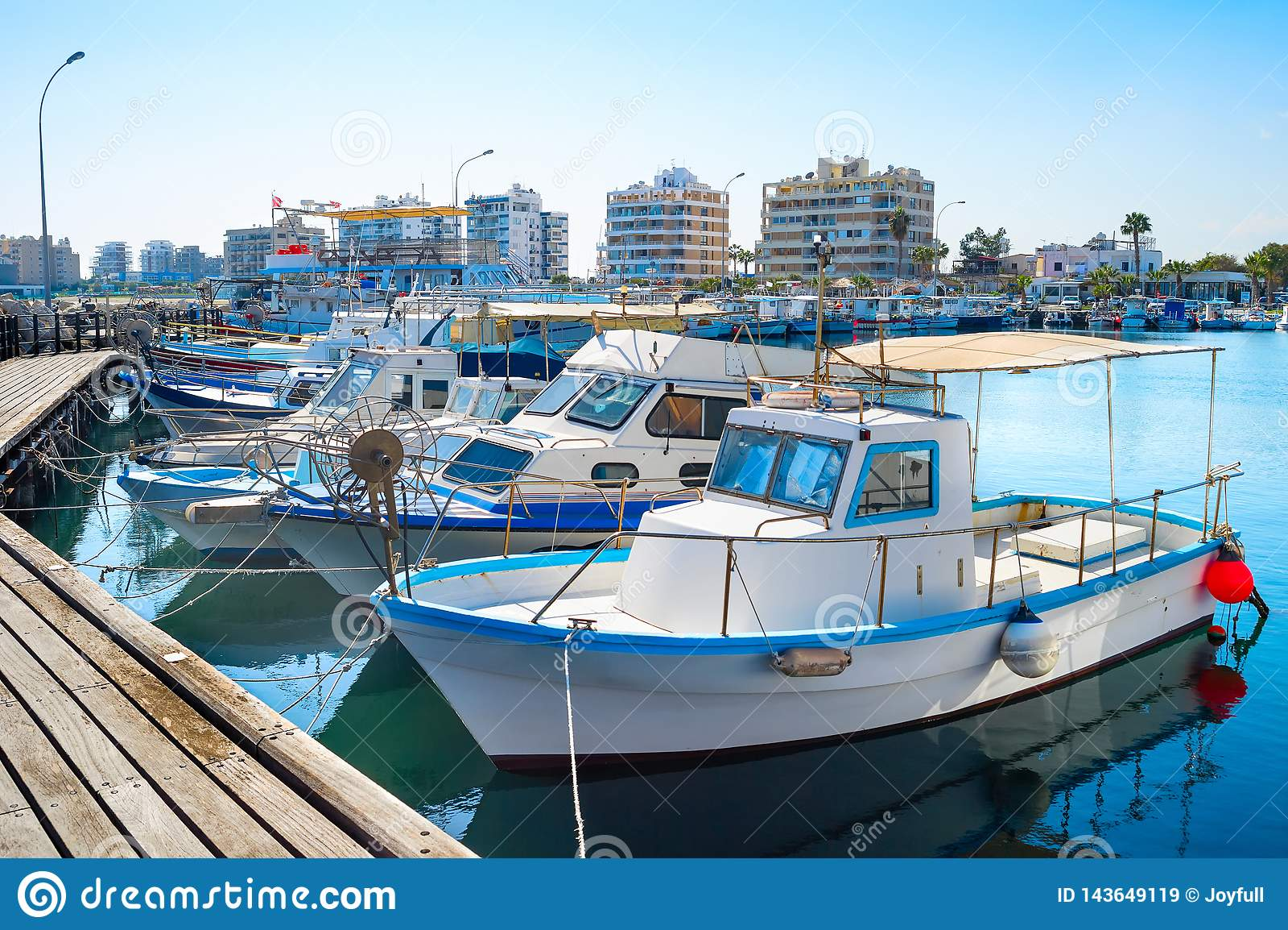 Larnaka-Jachthafenstadtbild, Yachten, Boote