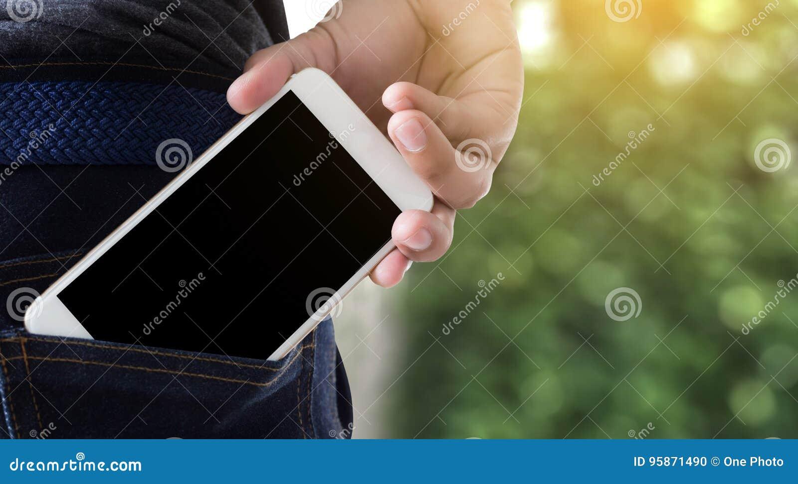 Las actitudes hermosas jovenes dan la copia de la comunicación del bolsillo del teléfono móvil