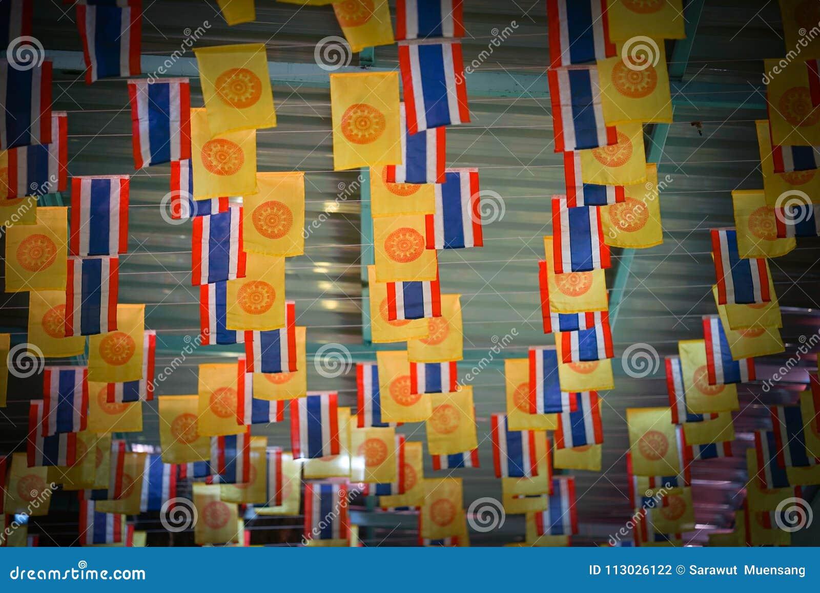 Las banderas se adornan con las diversas banderas