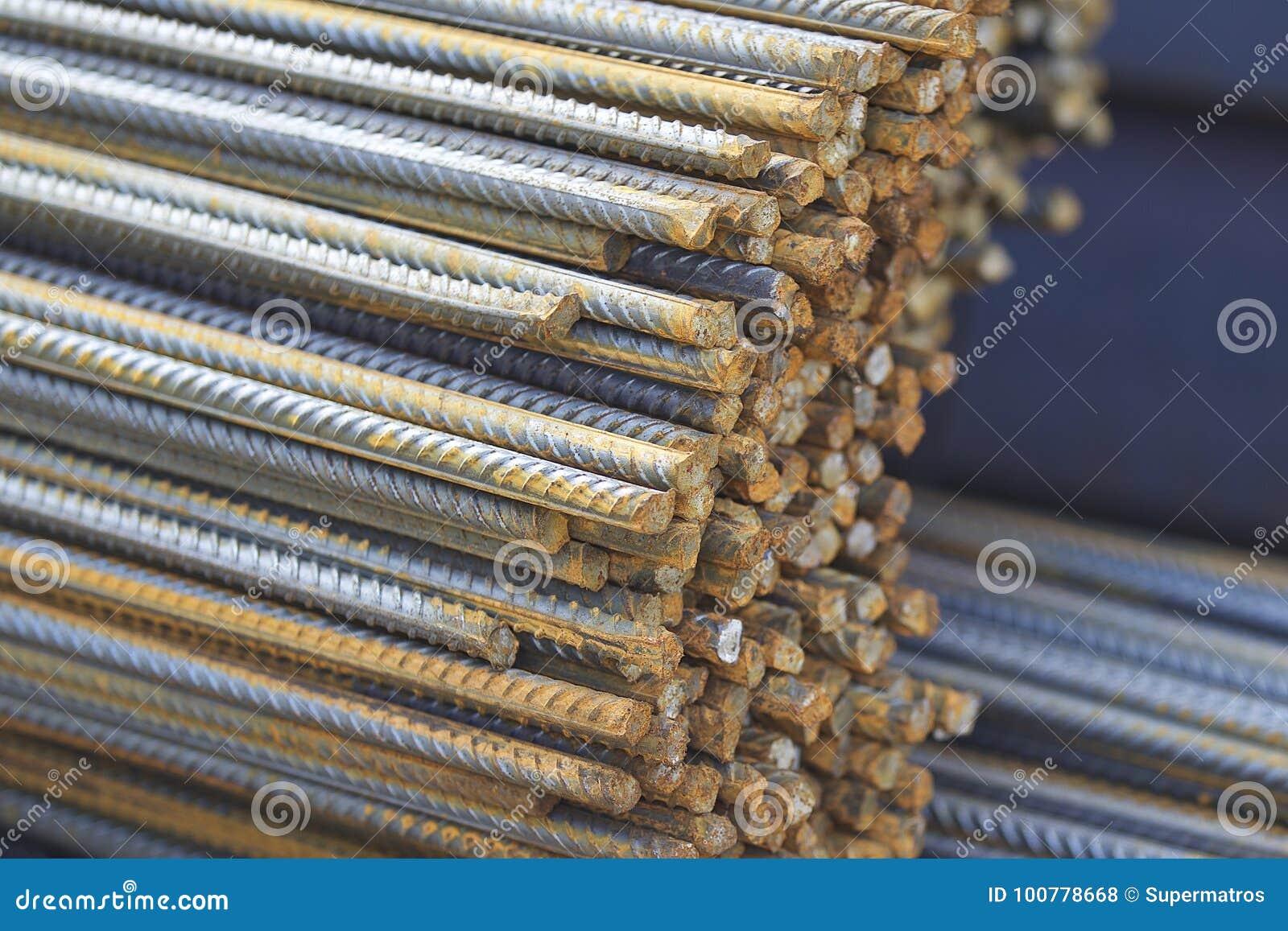 Las barras de refuerzo con un perfil periódico en los paquetes se almacenan en el almacén de los productos de metal