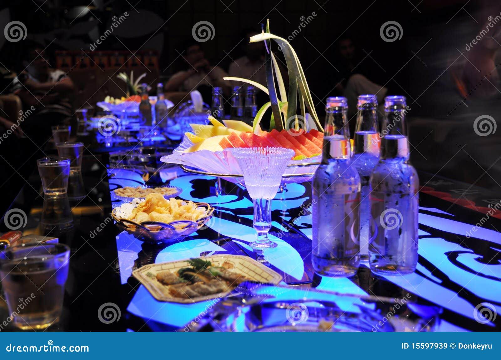 Las bebidas y el alimento en barra