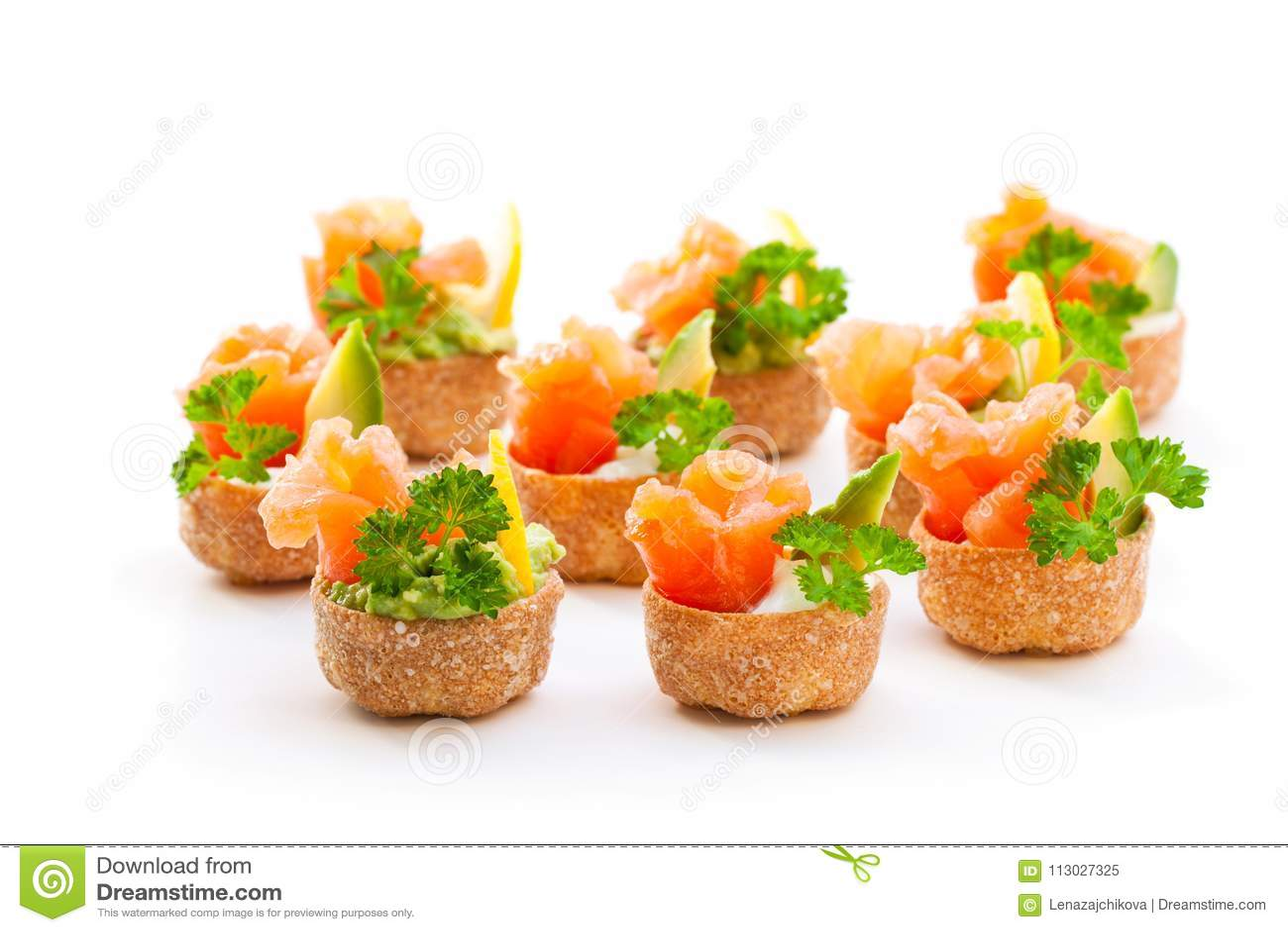 Las cajas curruscantes de los pasteles de Croustades llenaron de los salmones salados y del sistema de pesos americano