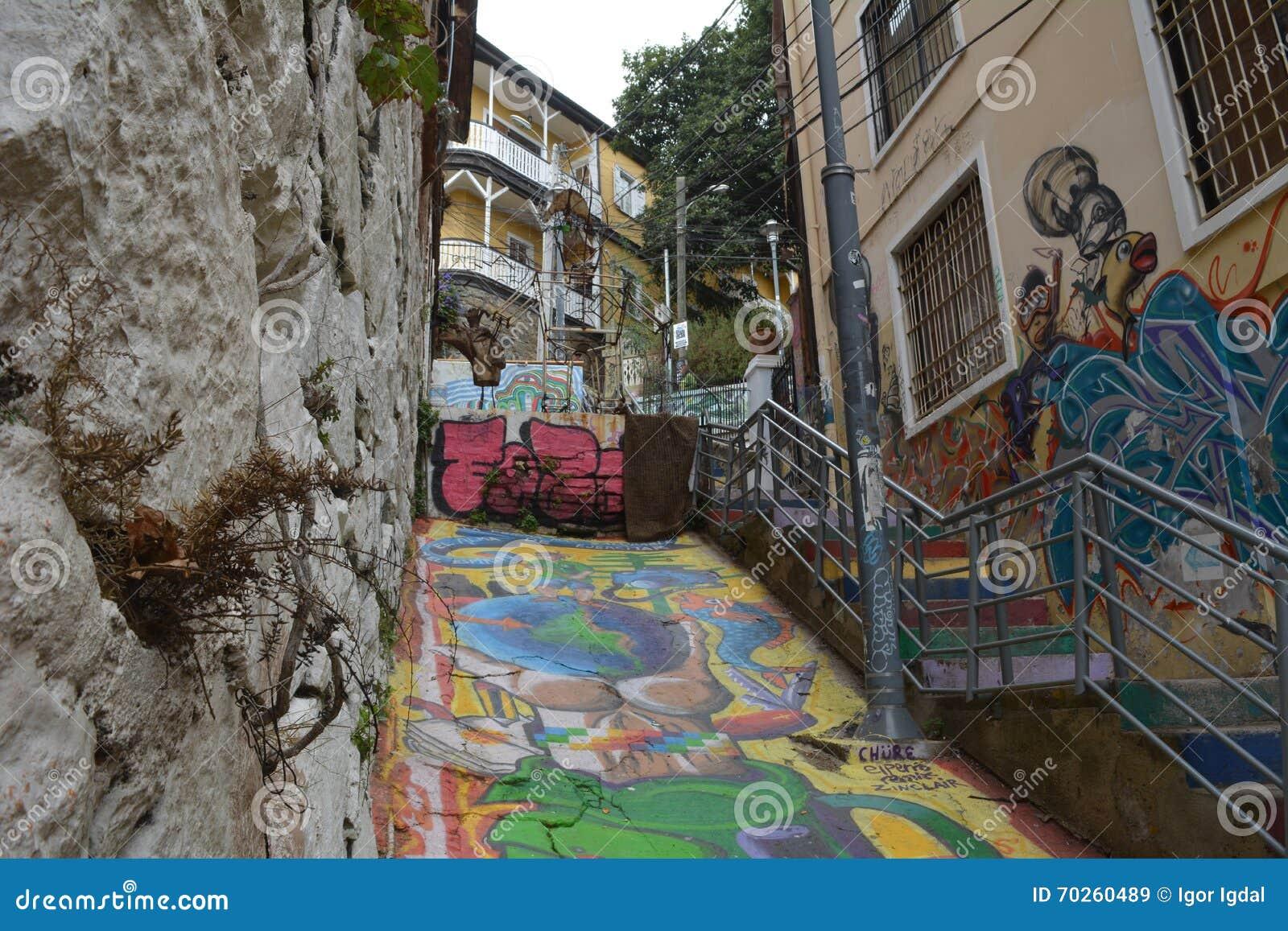 Las calles escarpadas estrechas de valparaiso con las - Cabeceras pintadas en la pared ...