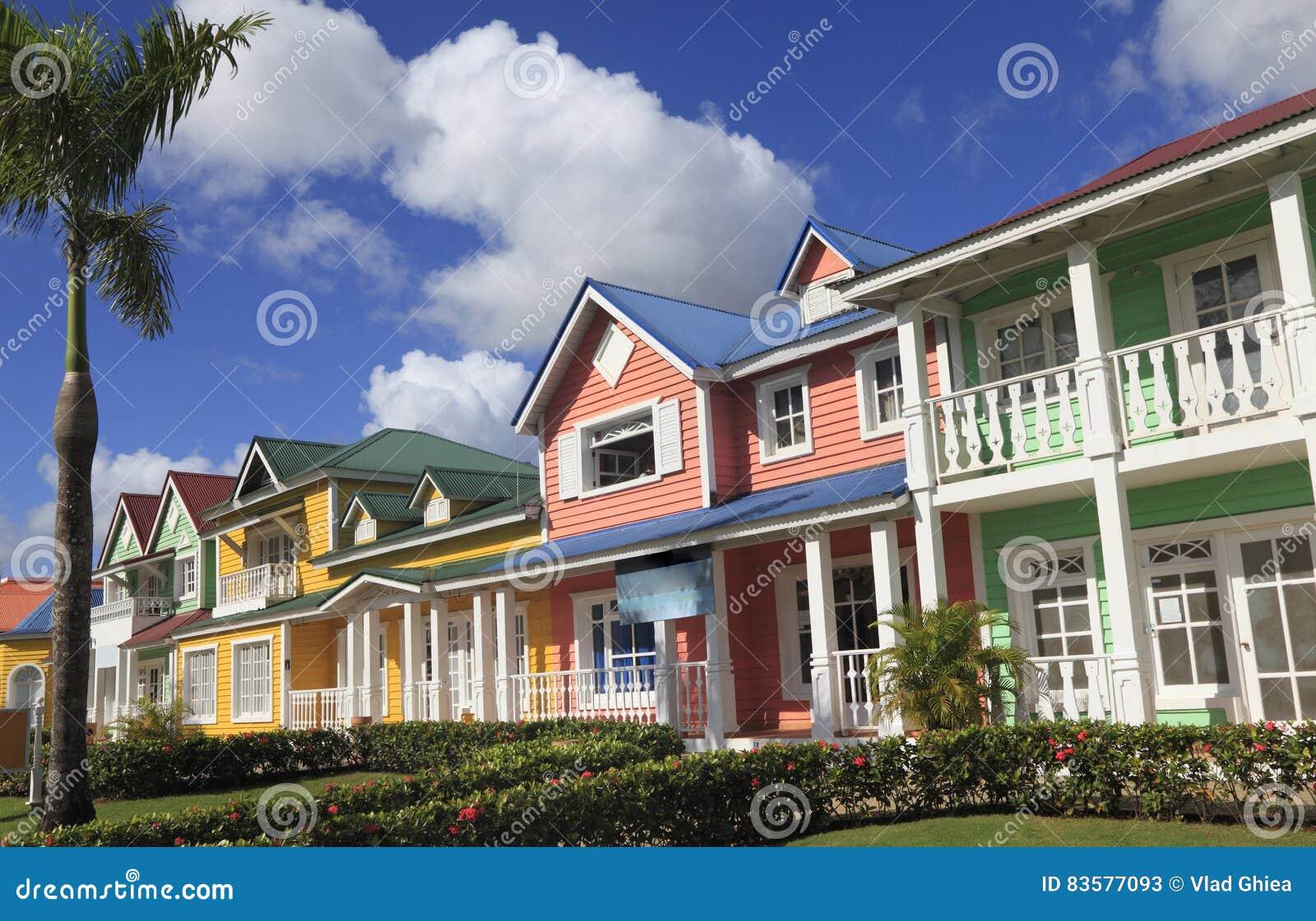 Las casas de madera pintadas en colores brillantes del - Casas de madera pintadas ...