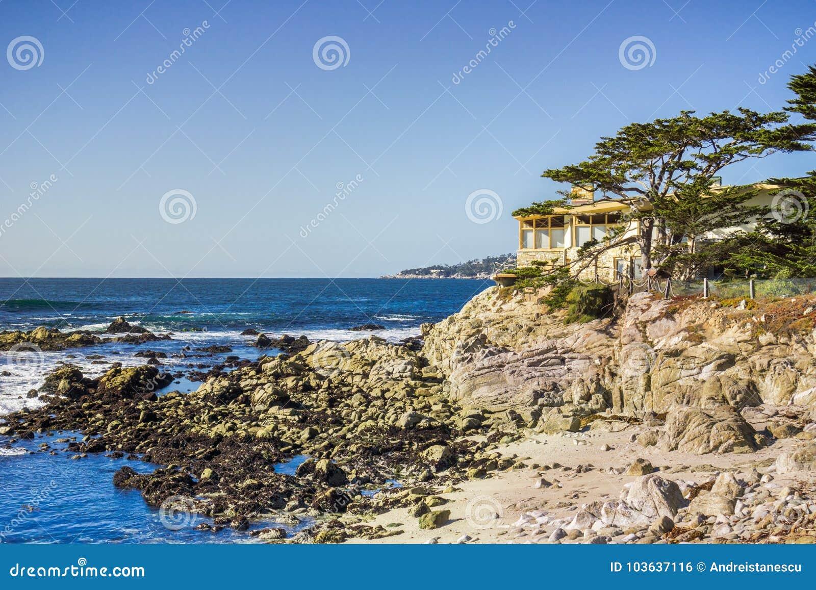 Las casas emplean los acantilados en península del Océano Pacífico, Carmel-por--mar, Monterey, California