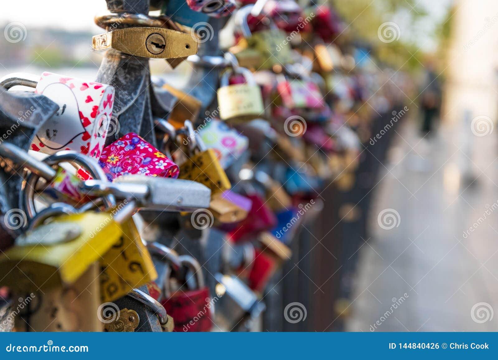 Las cerraduras del amor colgaron a lo largo del río de Pragues Moldava - al lado de Charles Bridge - República Checa - abril de