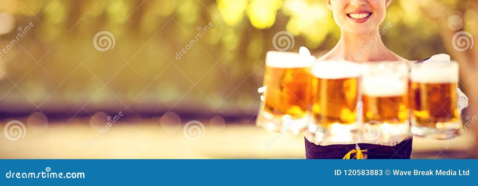 Las cervezas que se sostienen rubias bastante más oktoberfest