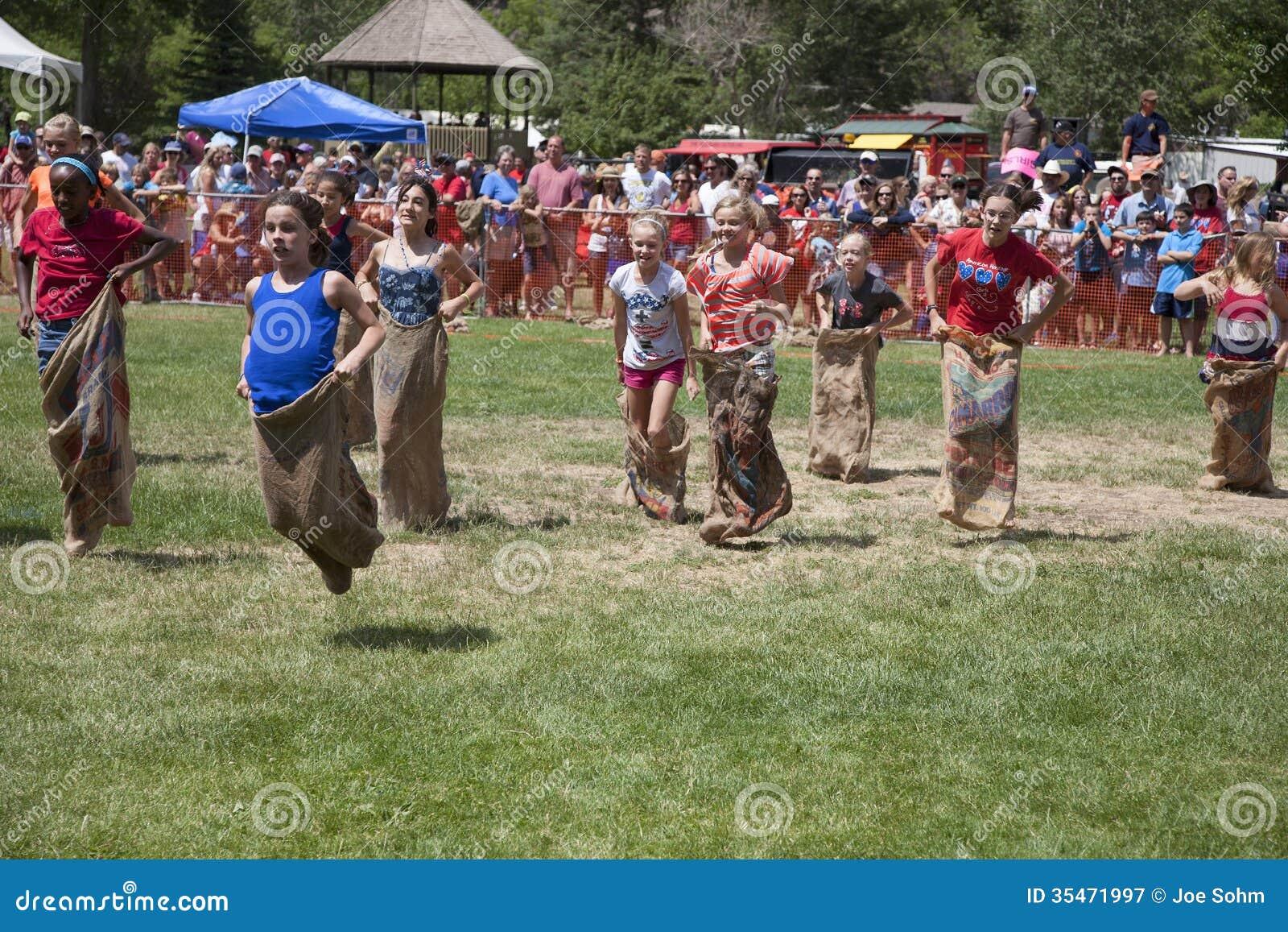Las chicas jóvenes compiten en la raza Legged tres