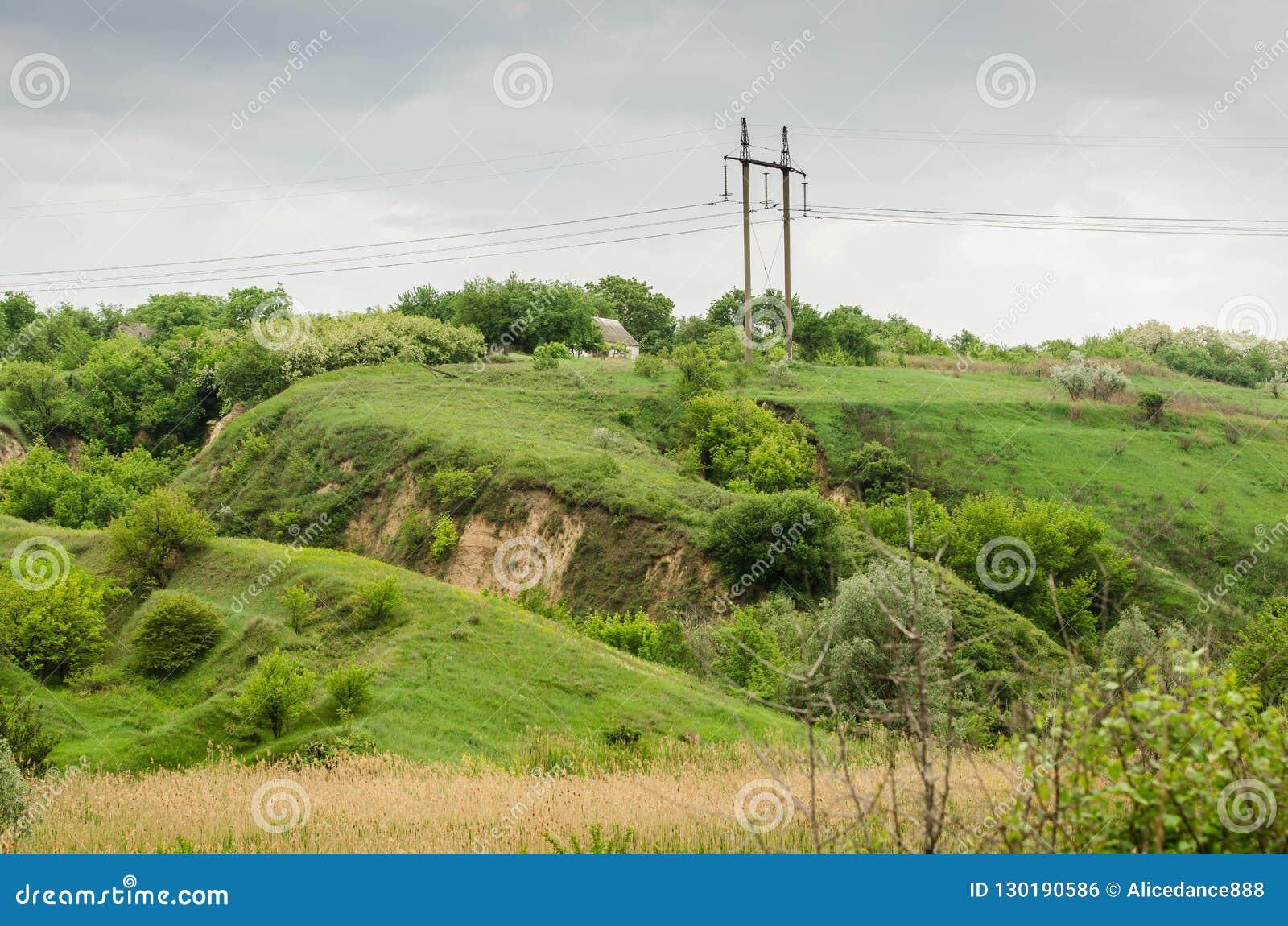 Las colinas verdes se separaron hacia fuera sobre el campo
