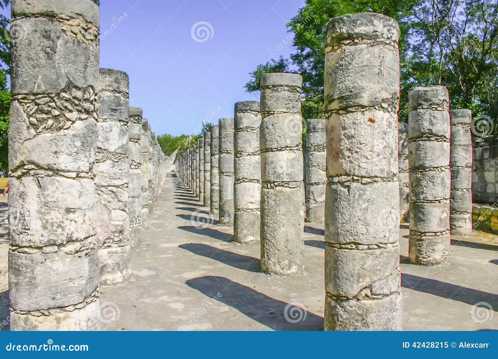 Las columnas adentro chichen itza