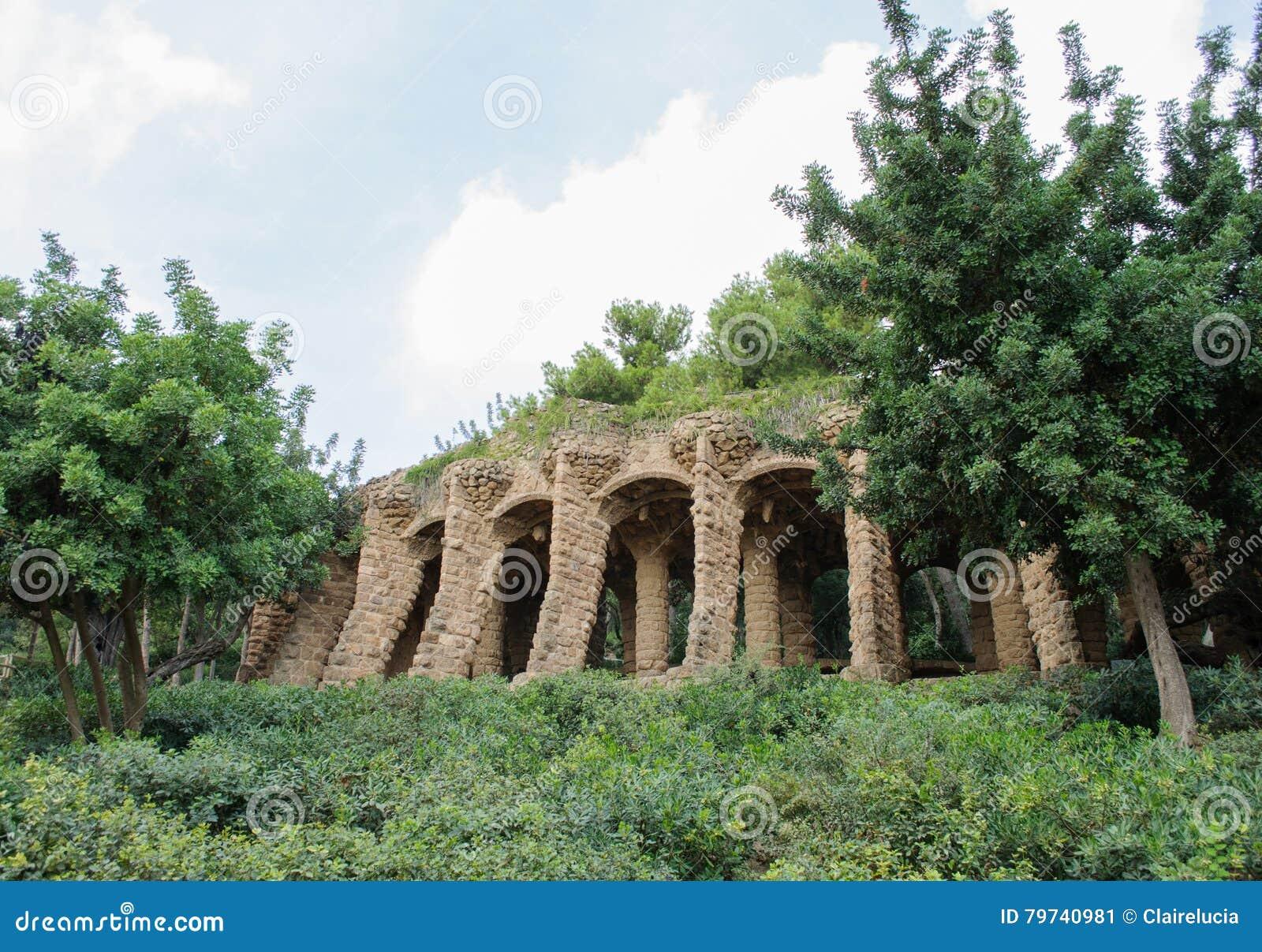 Las columnas en el parque Guell diseñaron por Antoni Gaudi en Barcelona España