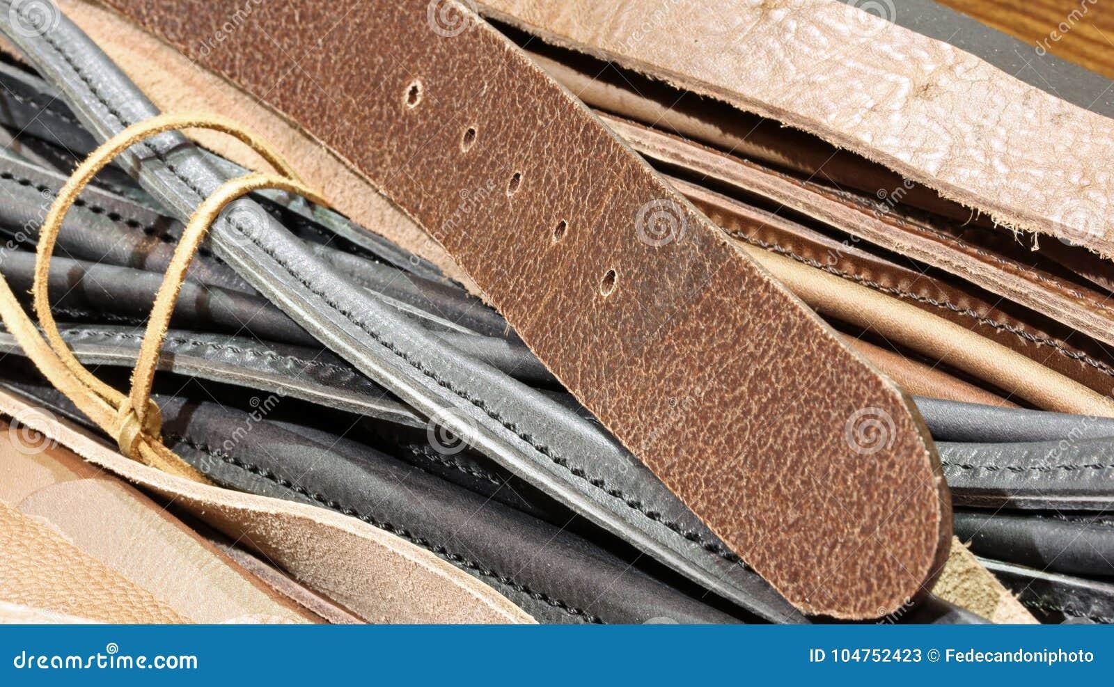 ec51799e0 Detalle de las correas de cuero para la venta en la tienda italiana del  artesano