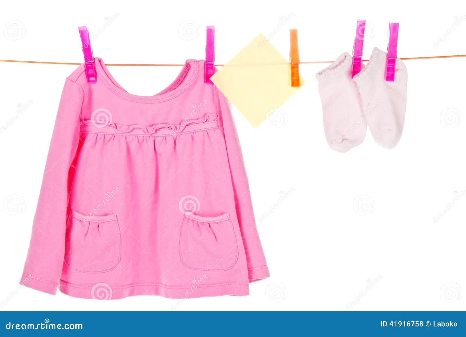 Las cosas de los niños se secan en una cuerda