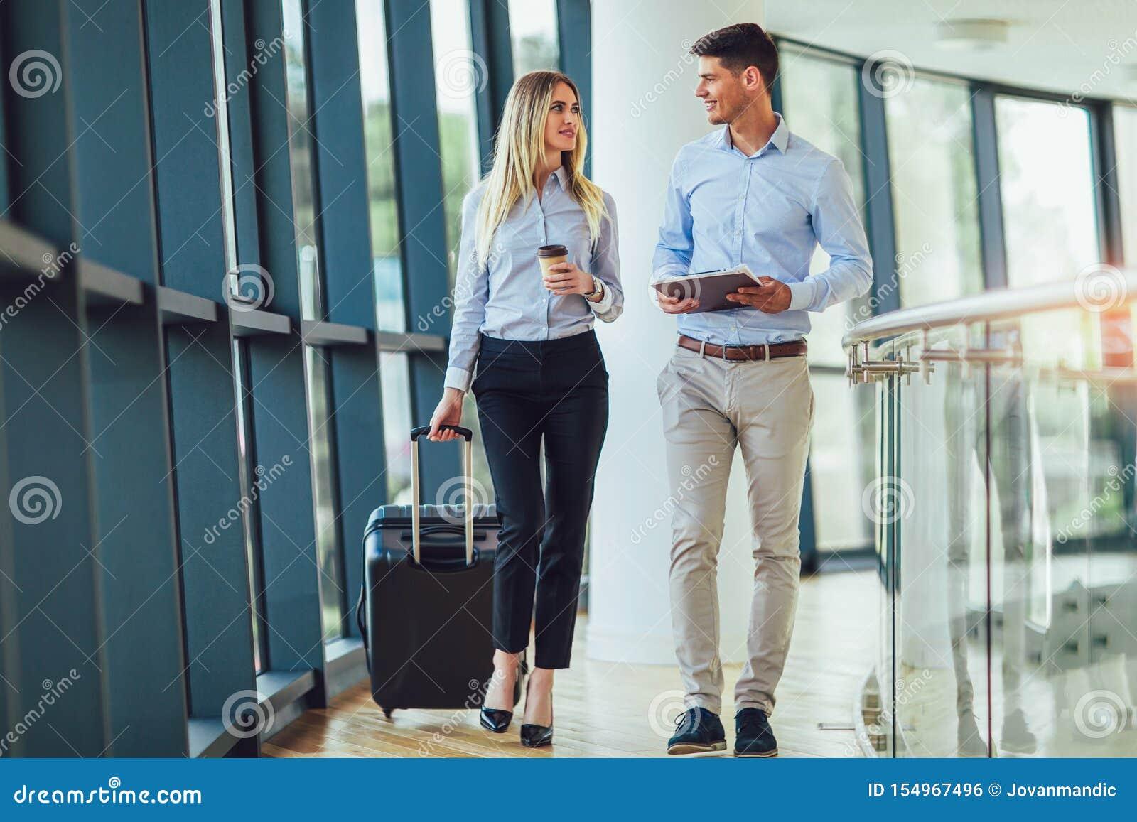 Las empresarias llevan a cabo viaje del equipaje al viaje de negocios