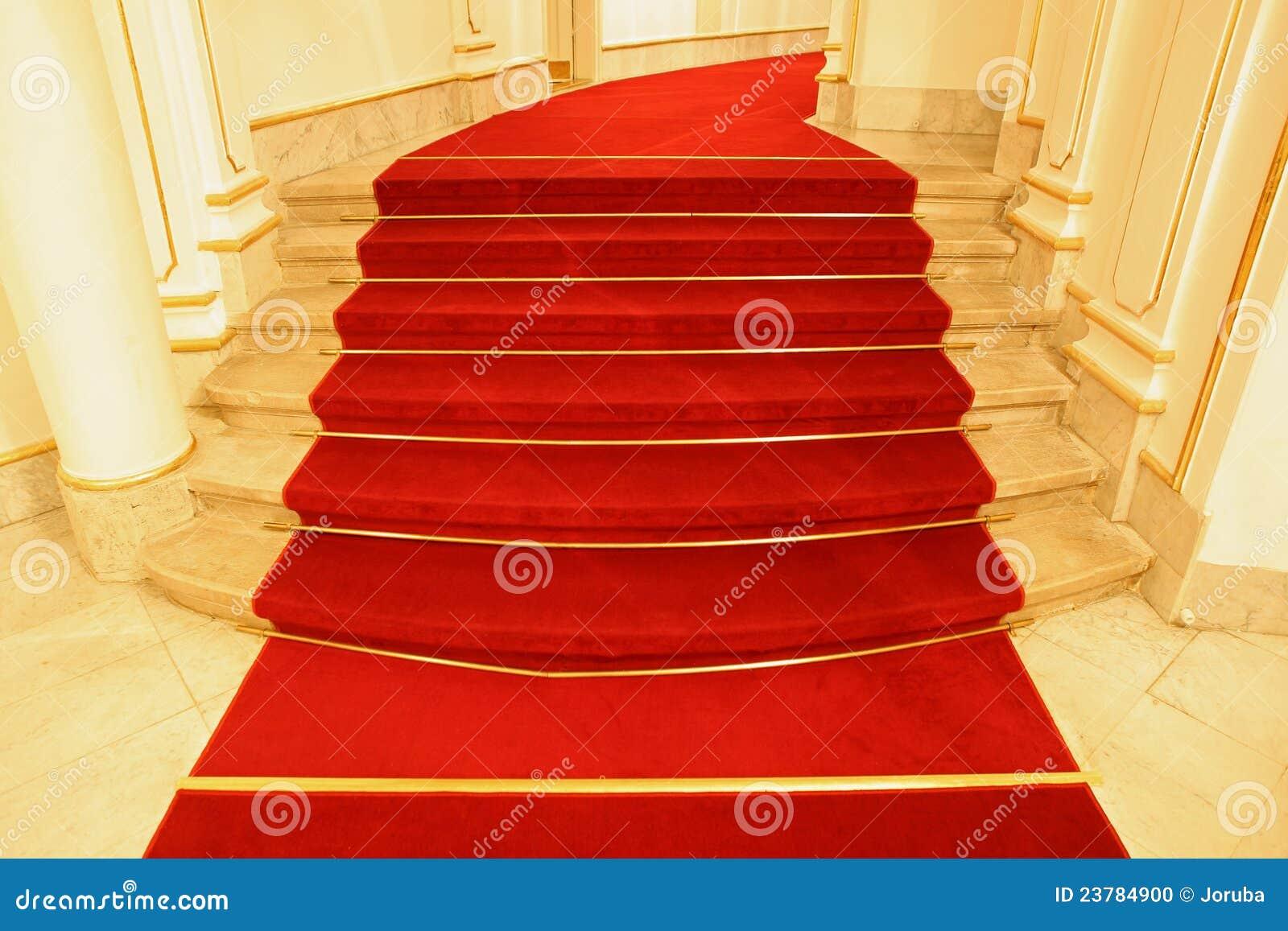 Las escaleras cubrieron la alfombra roja foto de archivo for Escaleras con alfombra