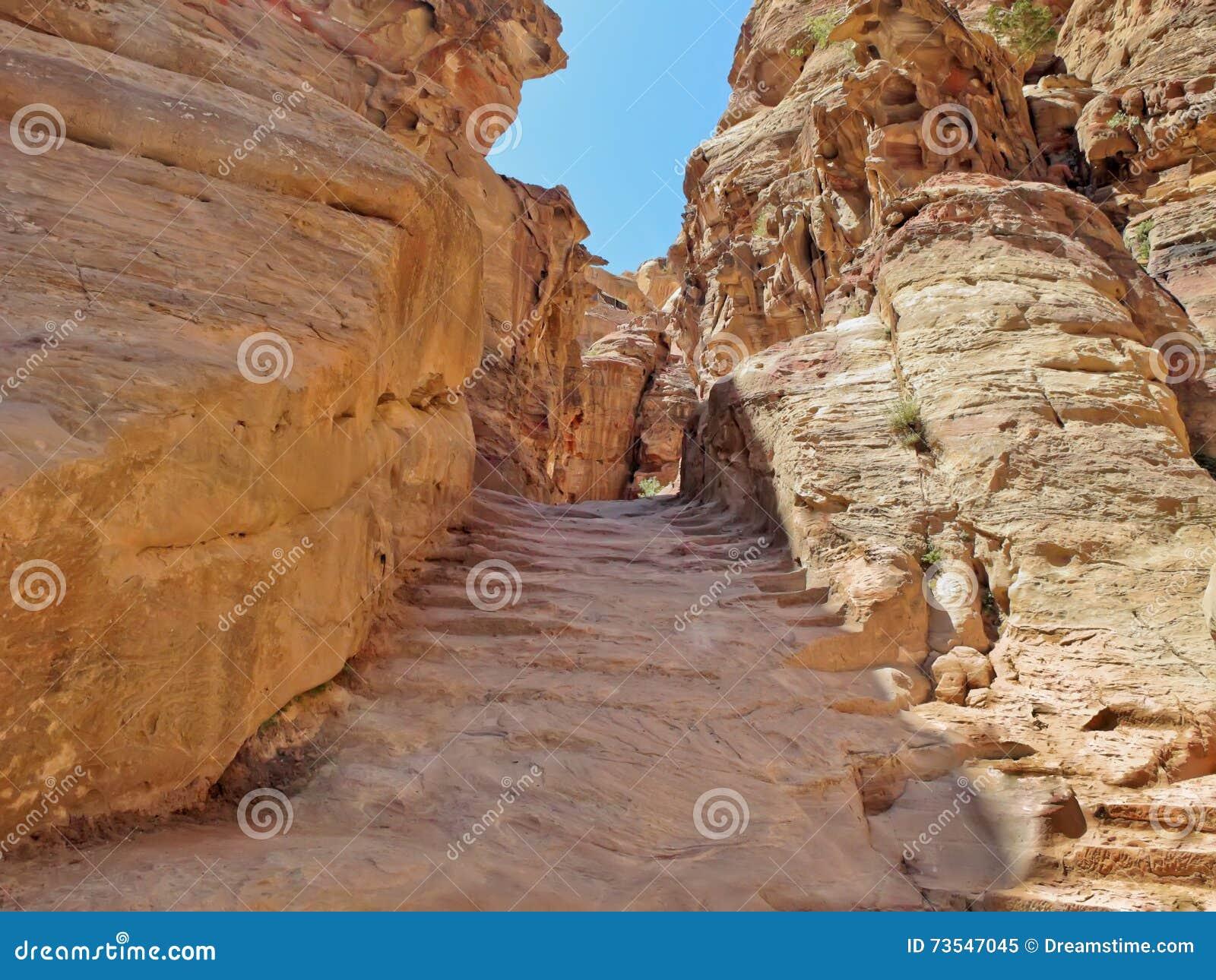 Las escaleras de piedra viejas que llevan al monasterio Al Dayr petra