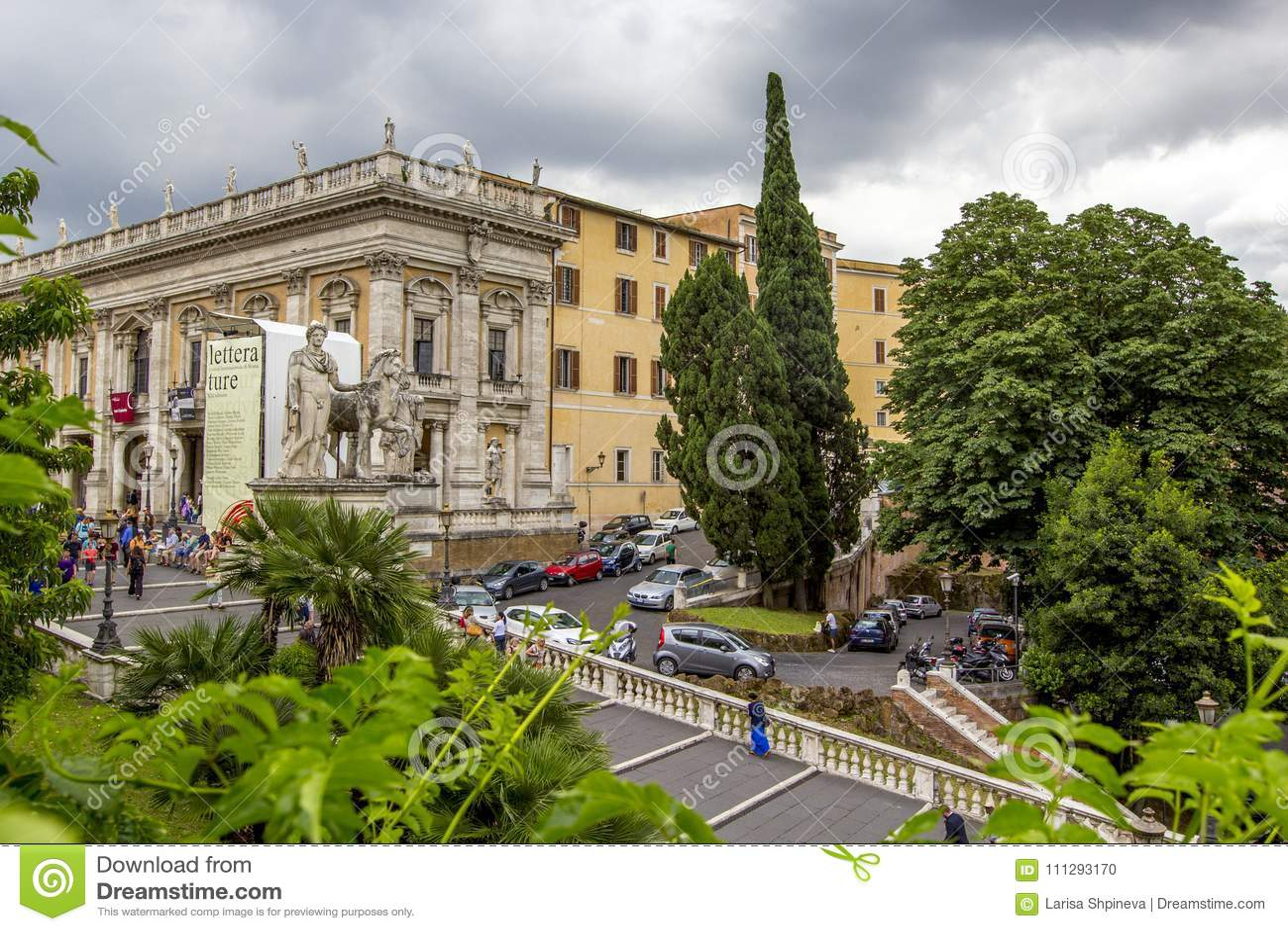 Las estatuas blancas de la escalera del echador y de Pólux y del cordonata en Piazza del Campidoglio Capitoline ajustan en la col