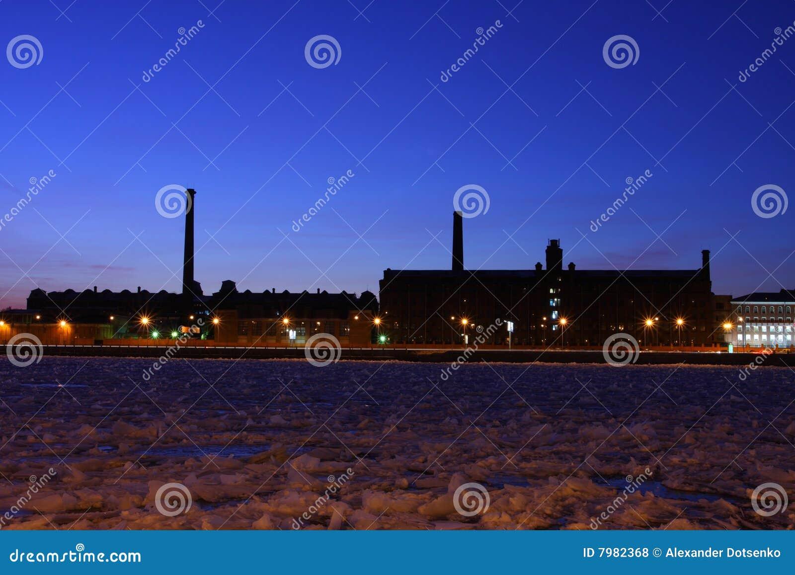 Las fábricas industriales en la batería de río Neva.