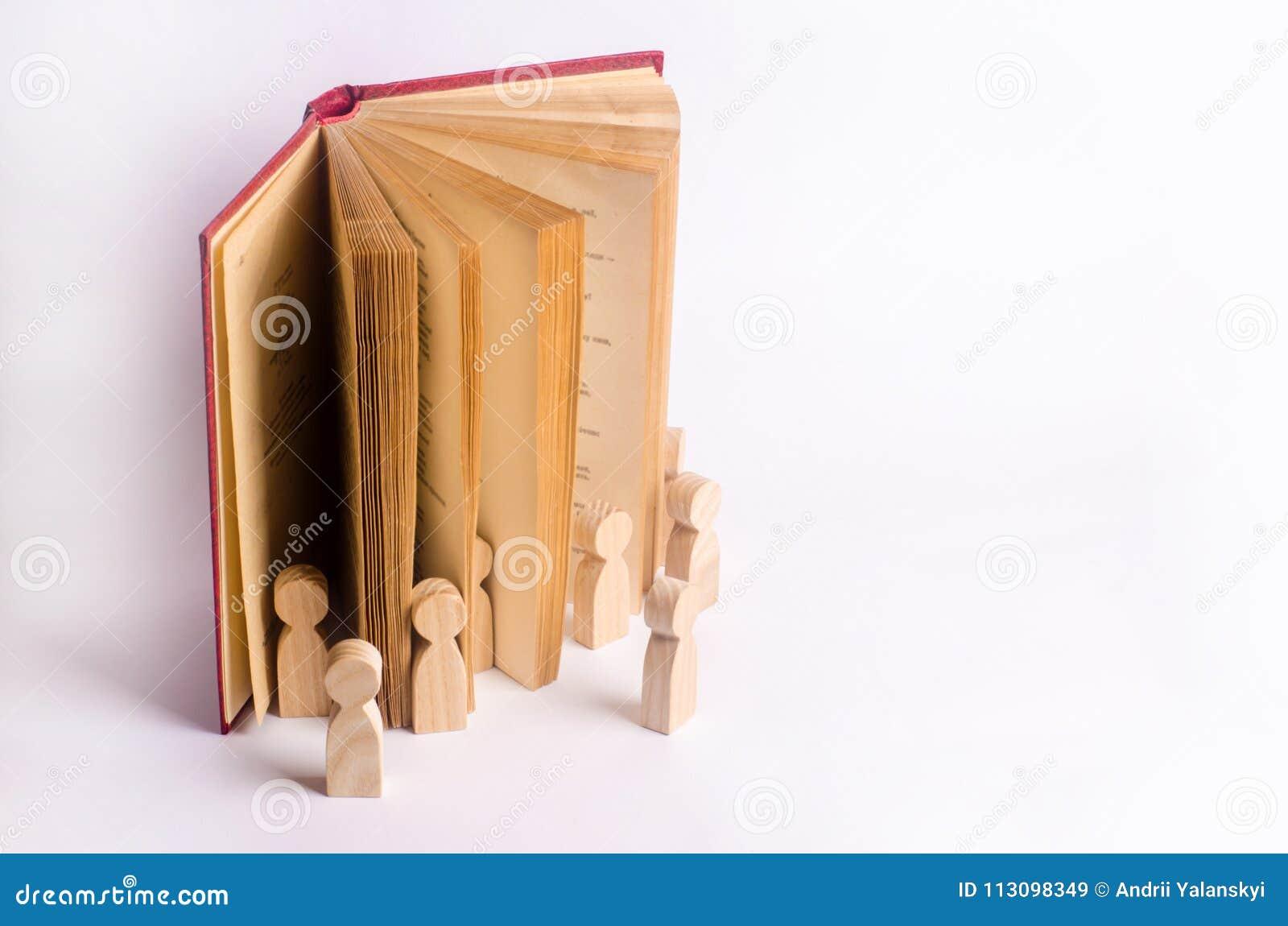 Las figuras miniatura de la gente salen del libro en el mundo real El libro viene vivo