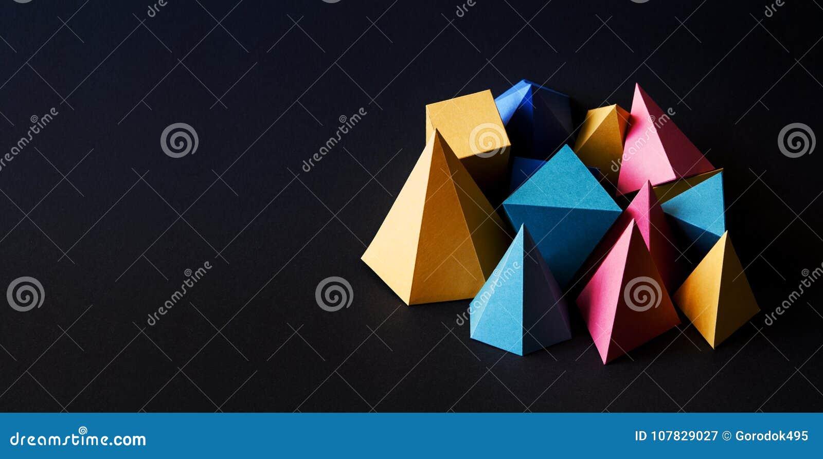 Las figuras sólidas geométricas del extracto minimalistic colorido de la composición en negro texturizaron el fondo de papel Pris
