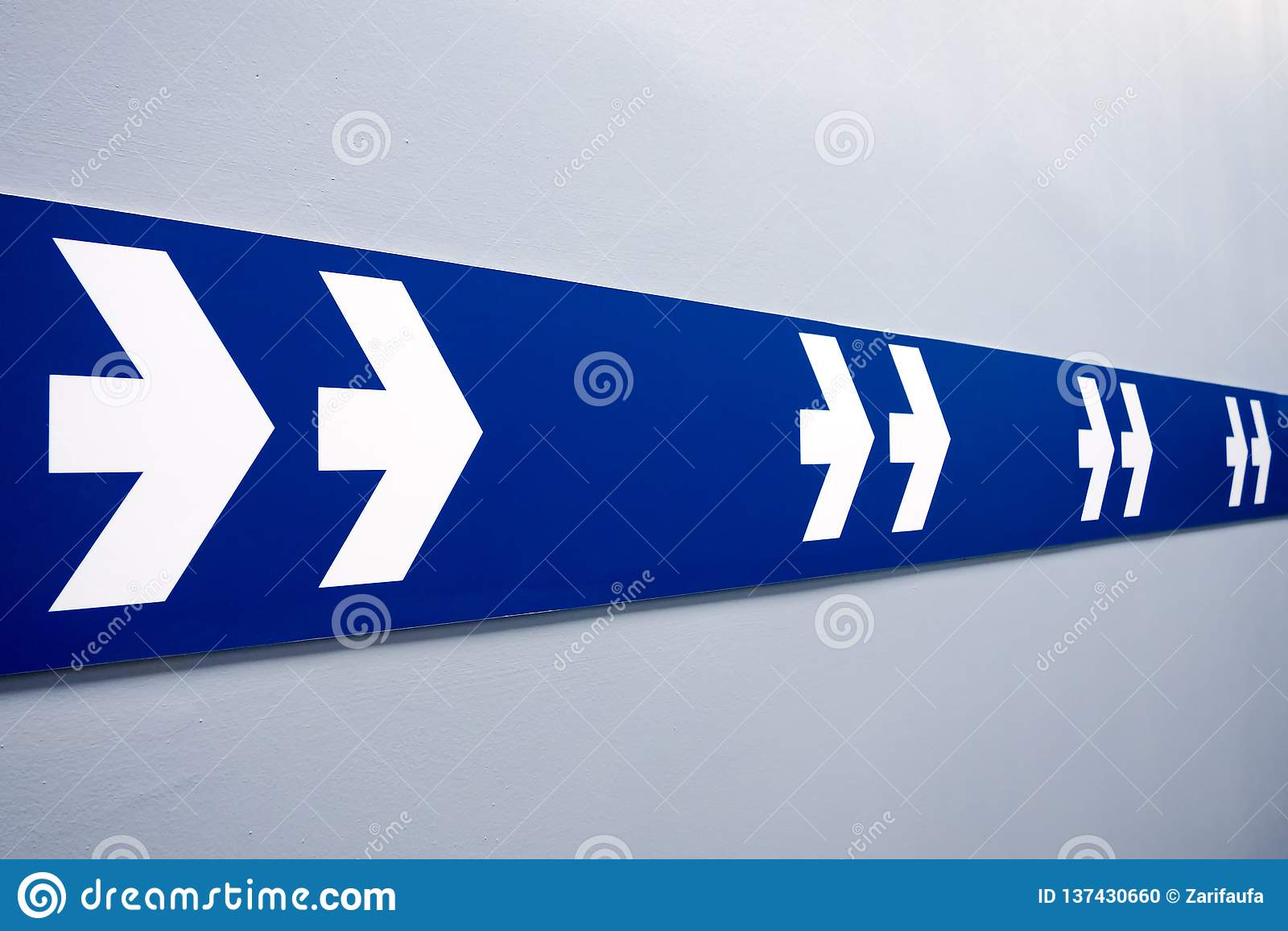 Las flechas blancas dobles firman en la tira azul que señala para salir