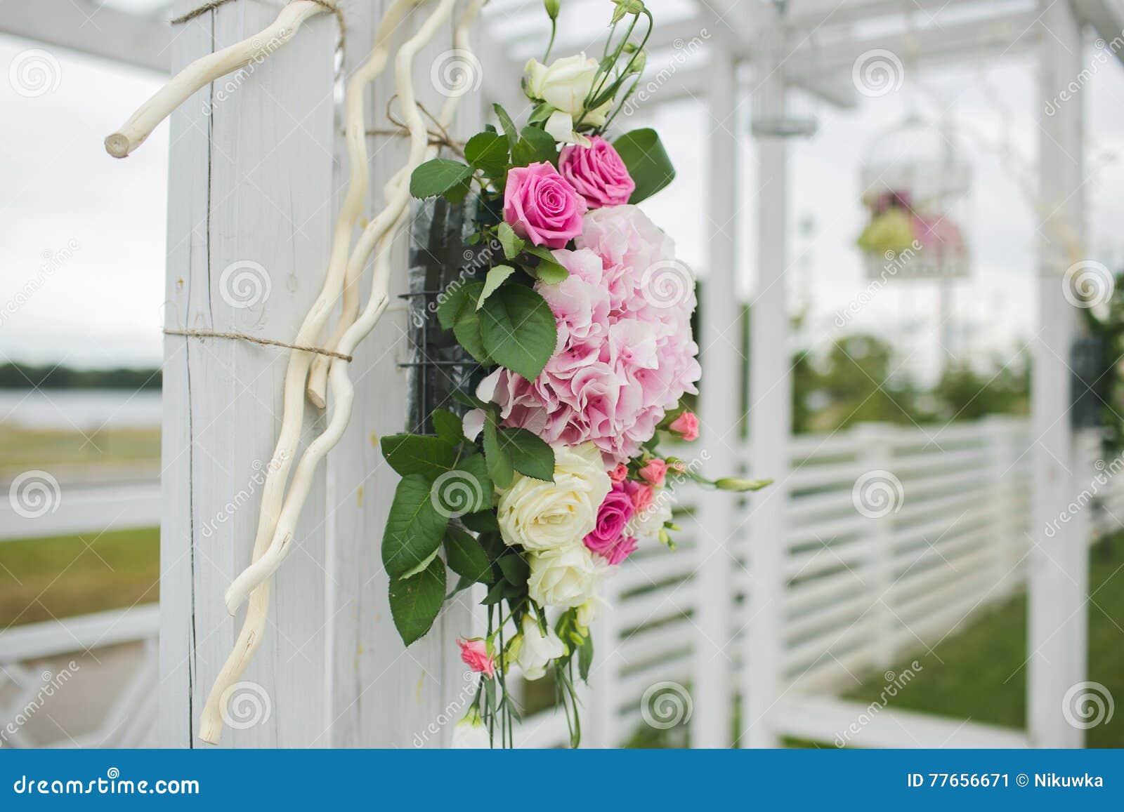 Las flores adornan una boda hermosa