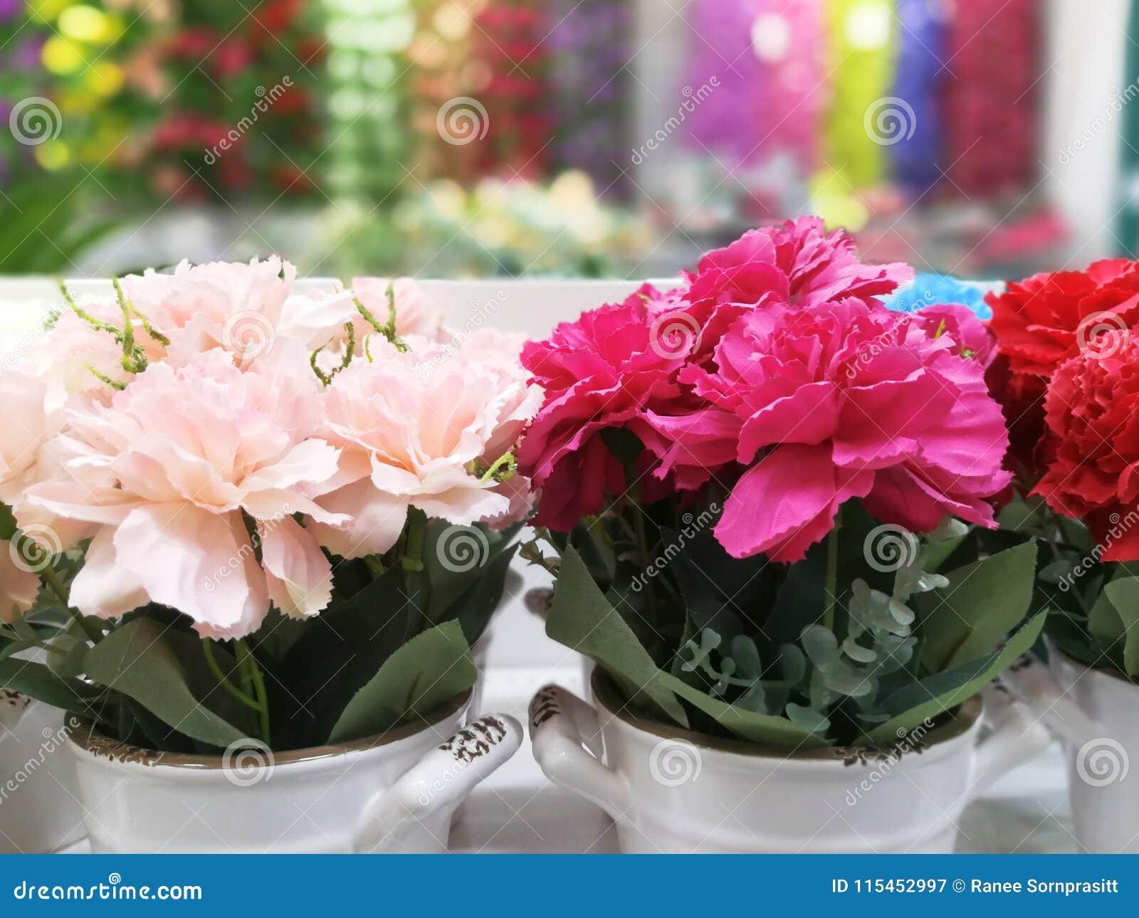 Las flores coloridas en un florero son hermosas