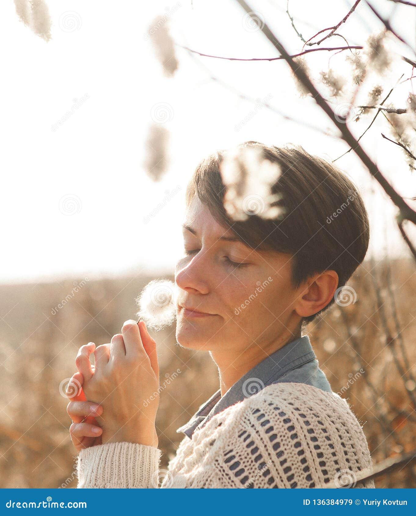 Las flores del campo de la muchacha de la dulzura huelen frescura del olor