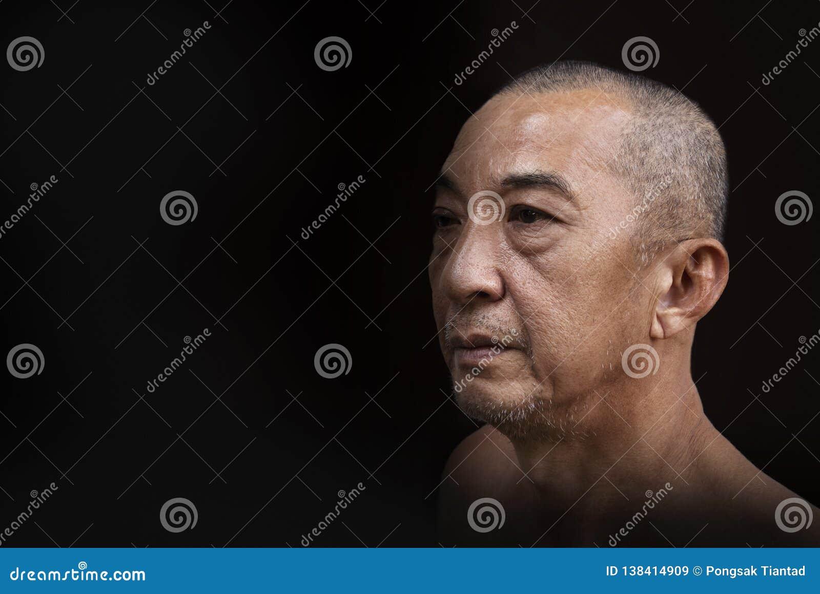 Las fotos hacen frente de un hombre mayor que muestre el compromiso