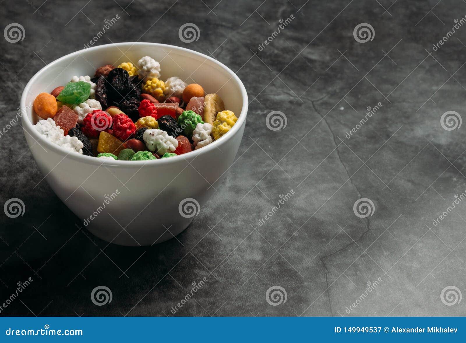 Las frutas secadas mezcladas en un cuenco