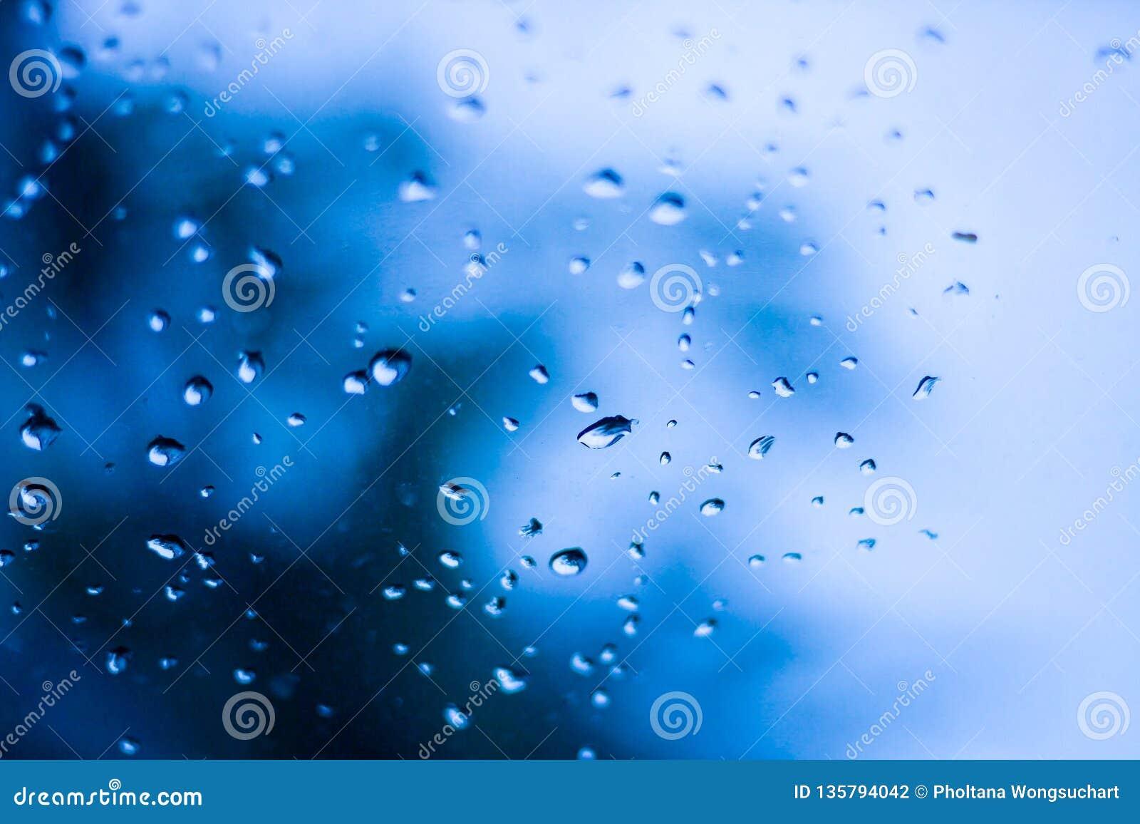 Las gotitas de agua son causadas por las gotitas de la lluvia en vidrio claro