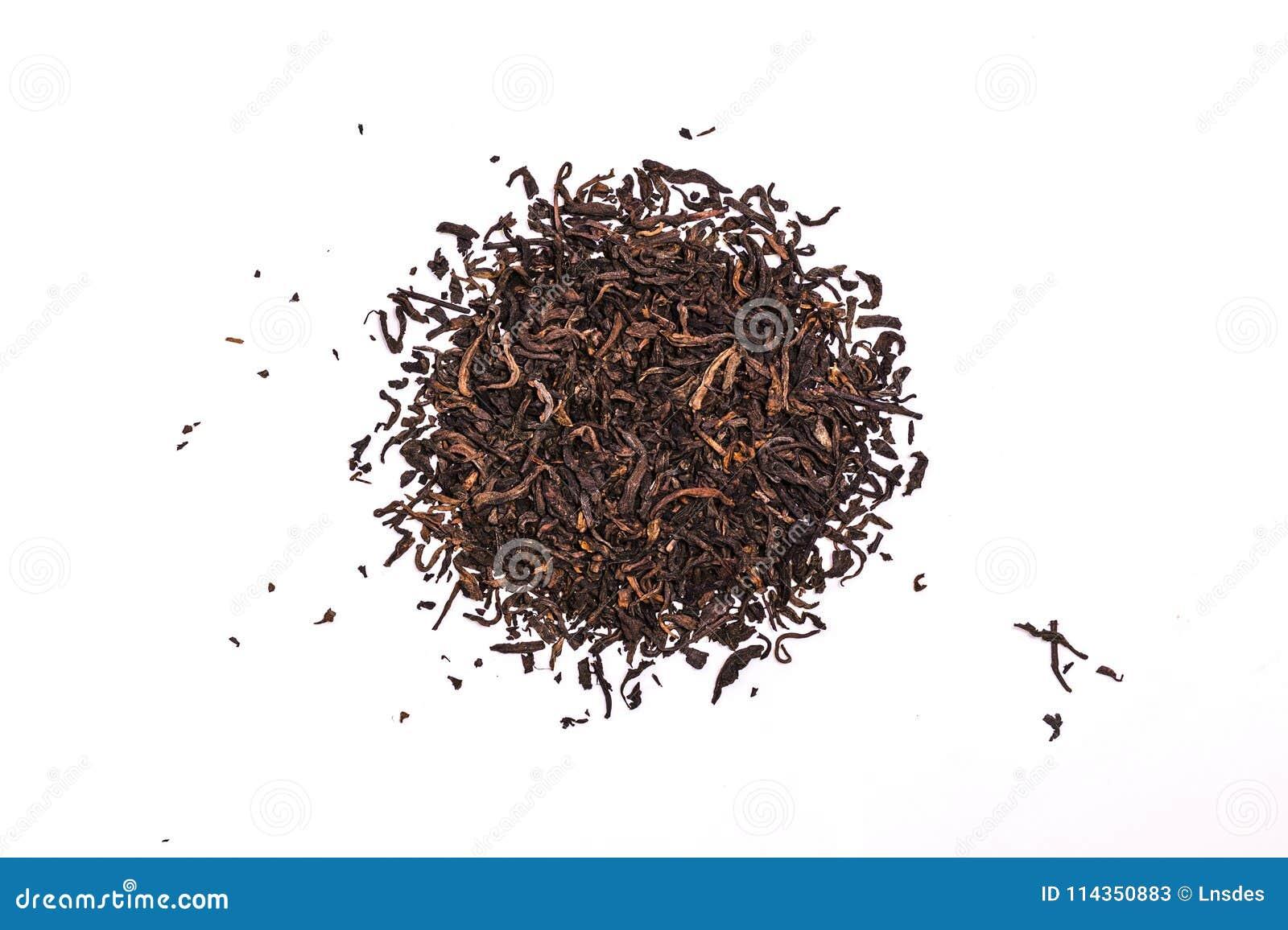 Las hojas de té aromáticas de la PU-erh del negro, una pila de chino rojo seco PU-er, primer, aislaron en blanco