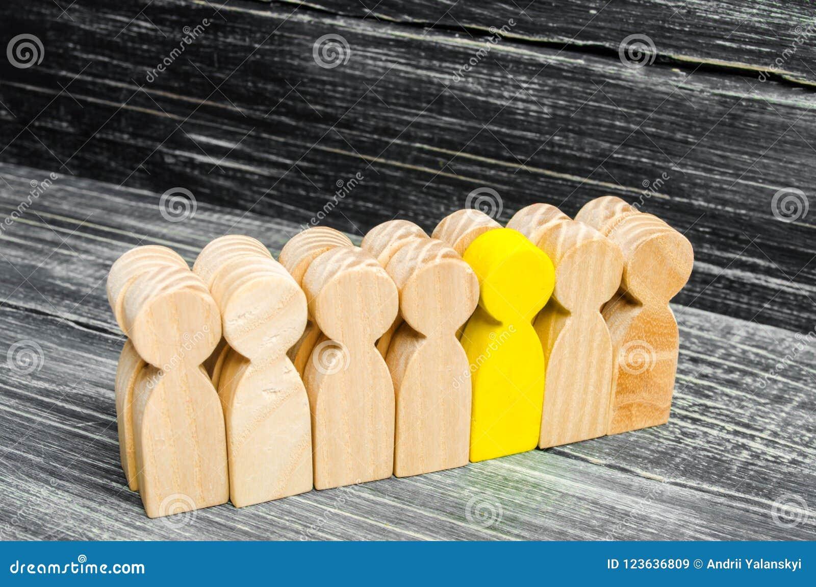 Las hojas/se destacan de la persona de la muchedumbre dirección en el equipo del negocio Un trabajador talentoso opinión especial