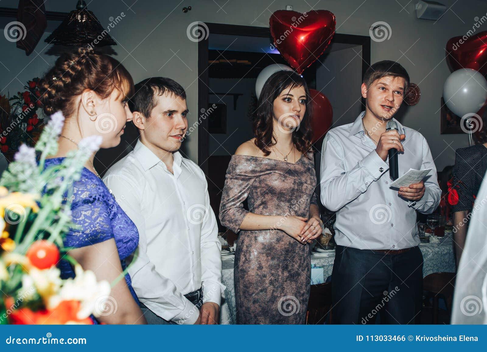 Las huéspedes participan en los juegos organizados durante el banquete de la boda