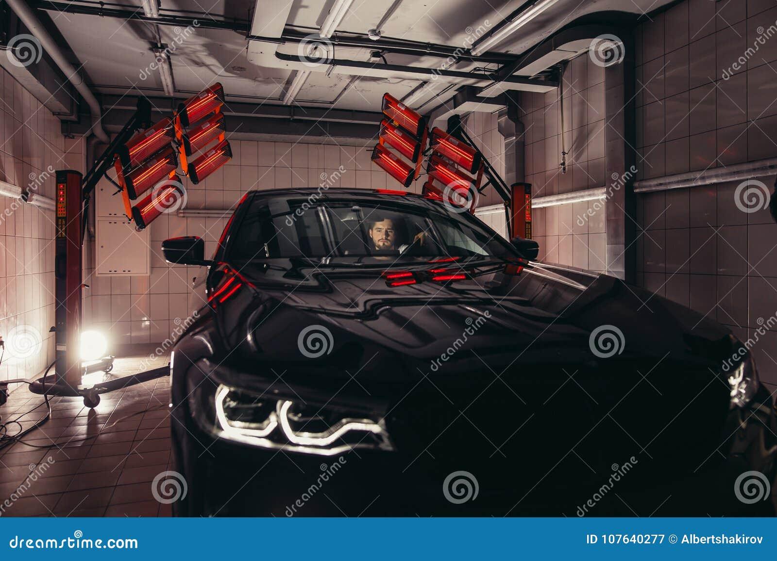 Las lámparas para secar la capa de cerámica están detrás de coche