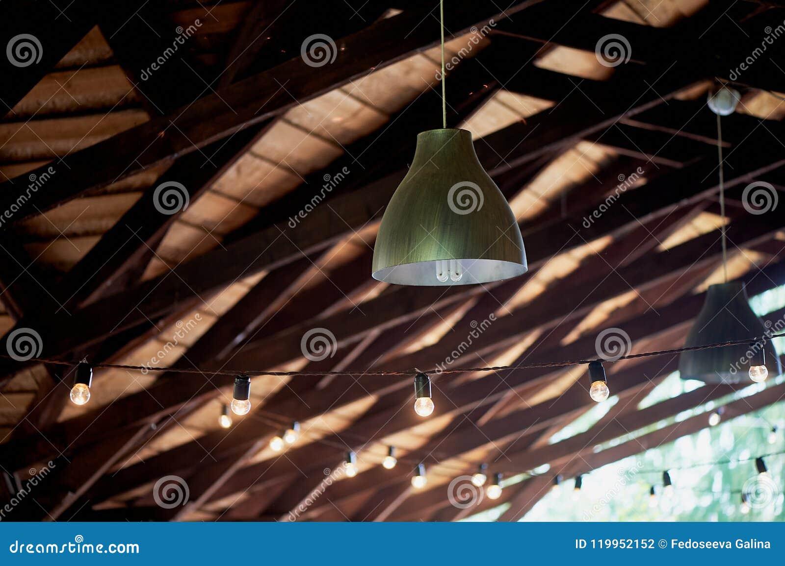 Las Lámparas Suspendieron Del Techo De Una Tienda De Madera