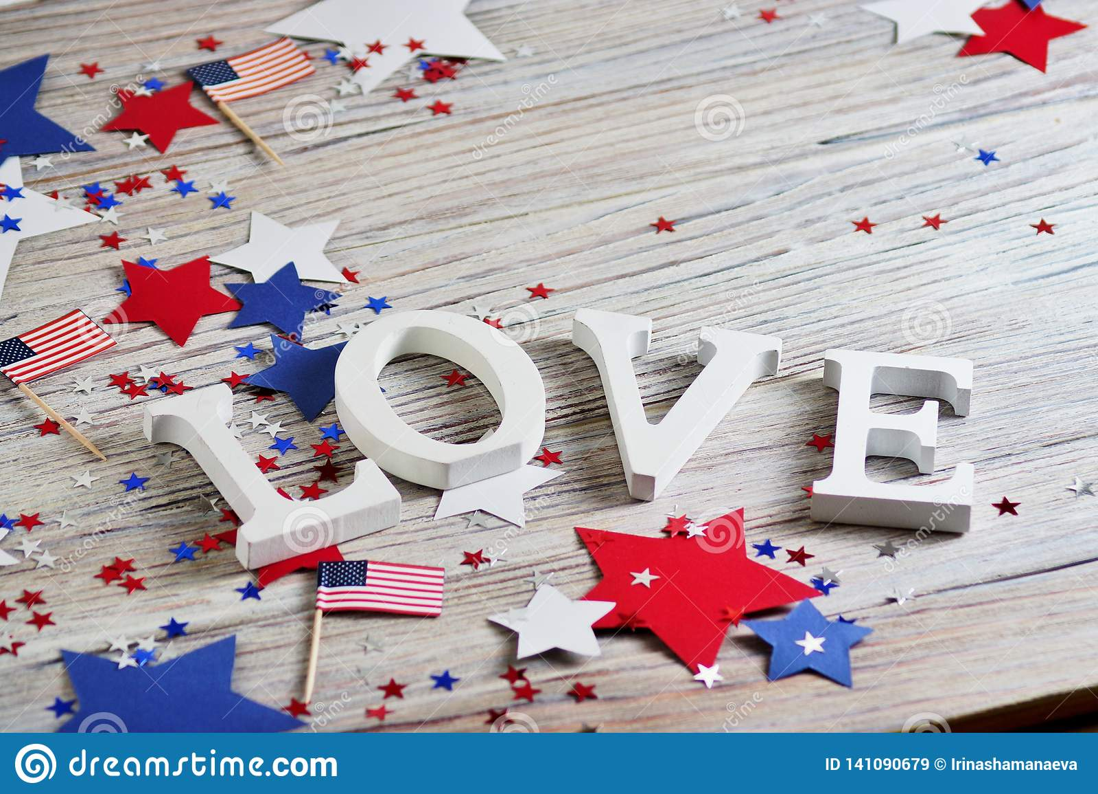 Las letras de madera se presentan en el amor de la palabra, el 4 de julio, Día de la Independencia feliz, patriotismo, memoria de