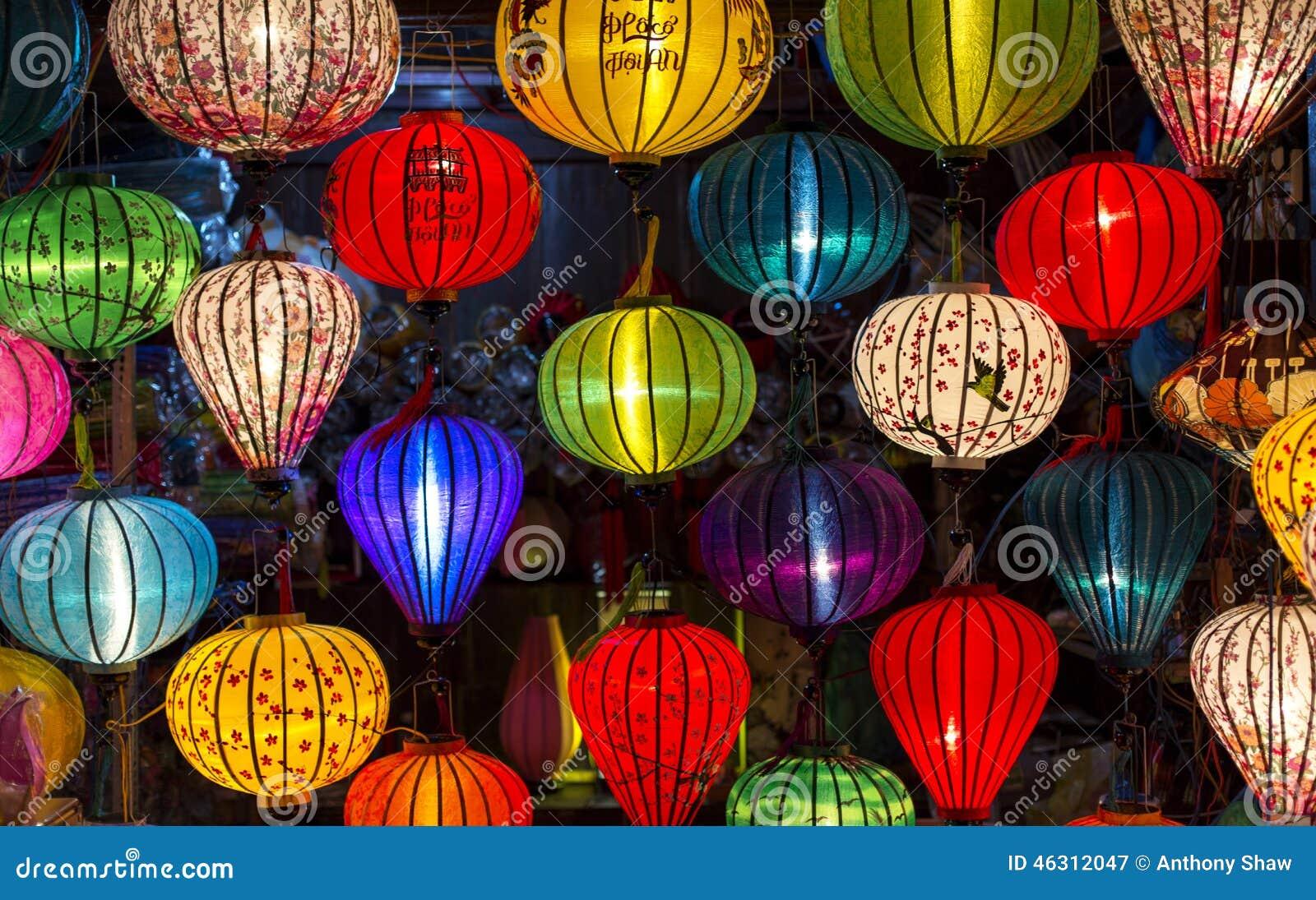 Las linternas en la ciudad vieja hacen compras en Hoi An, Vietnam