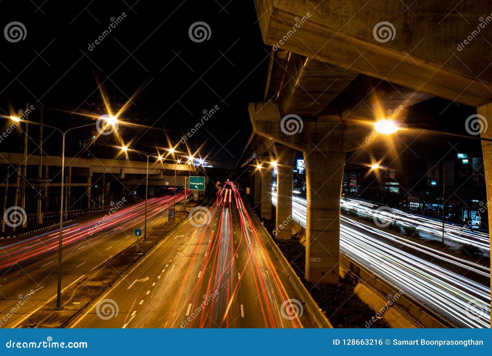 Las luces empañaron luces de coches en el camino