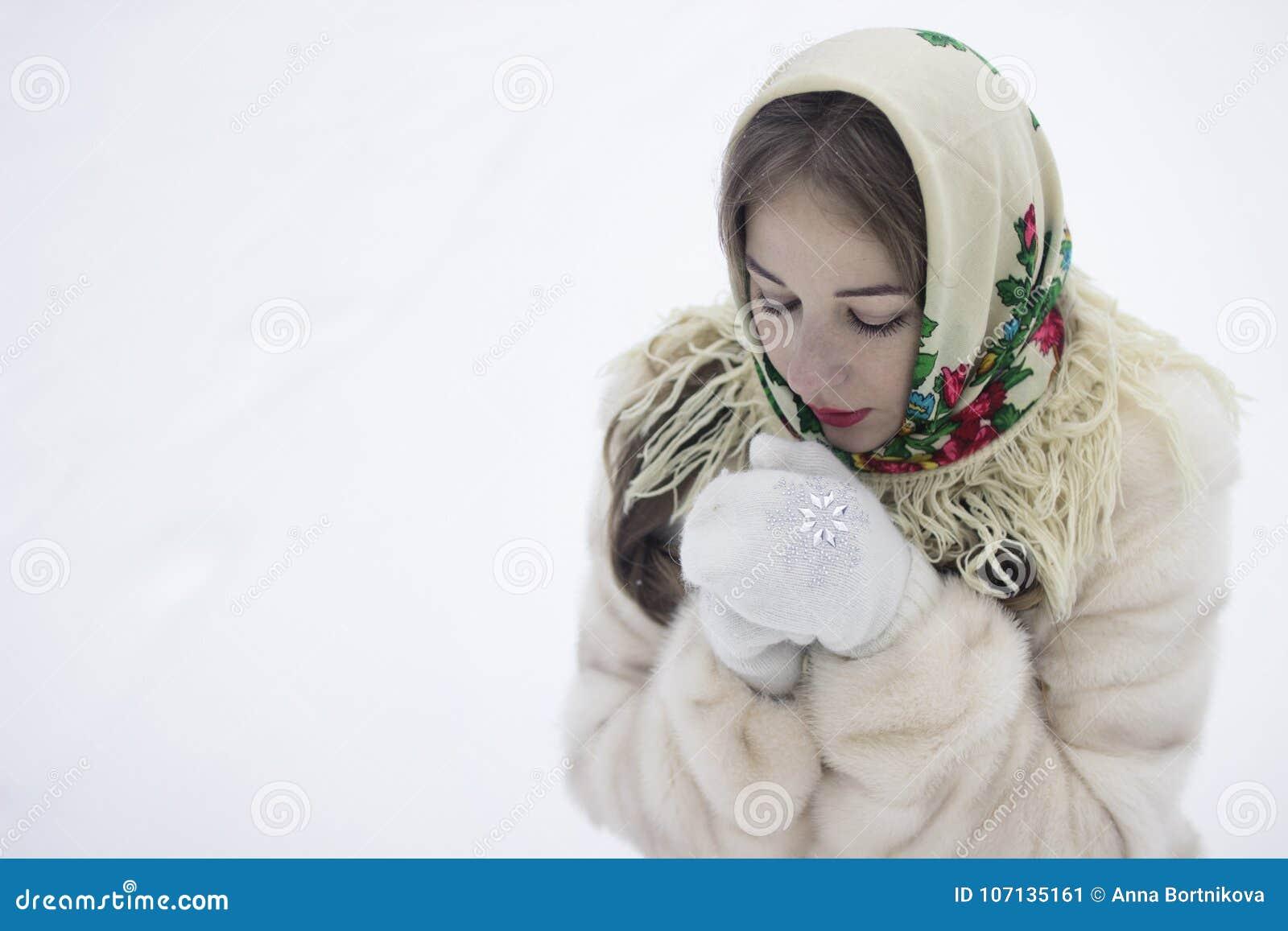 Las manos congeladas calientan su respiración