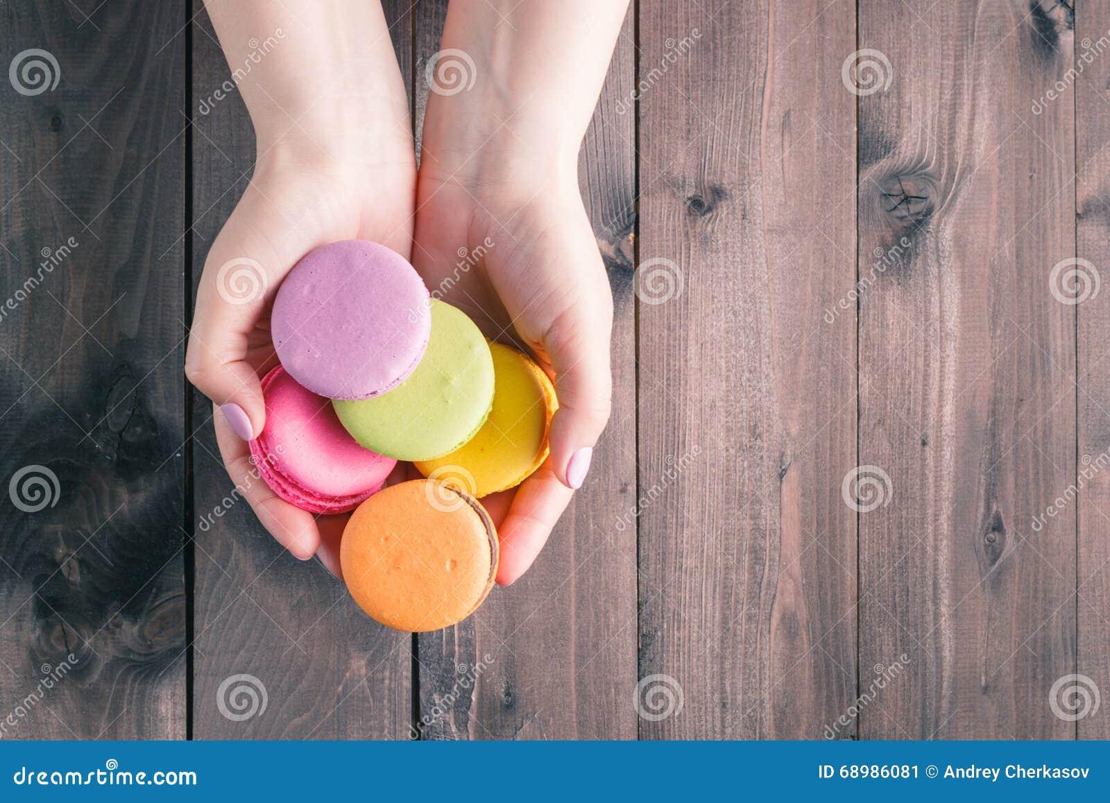 Las manos de las mujeres que sostienen los macarrones