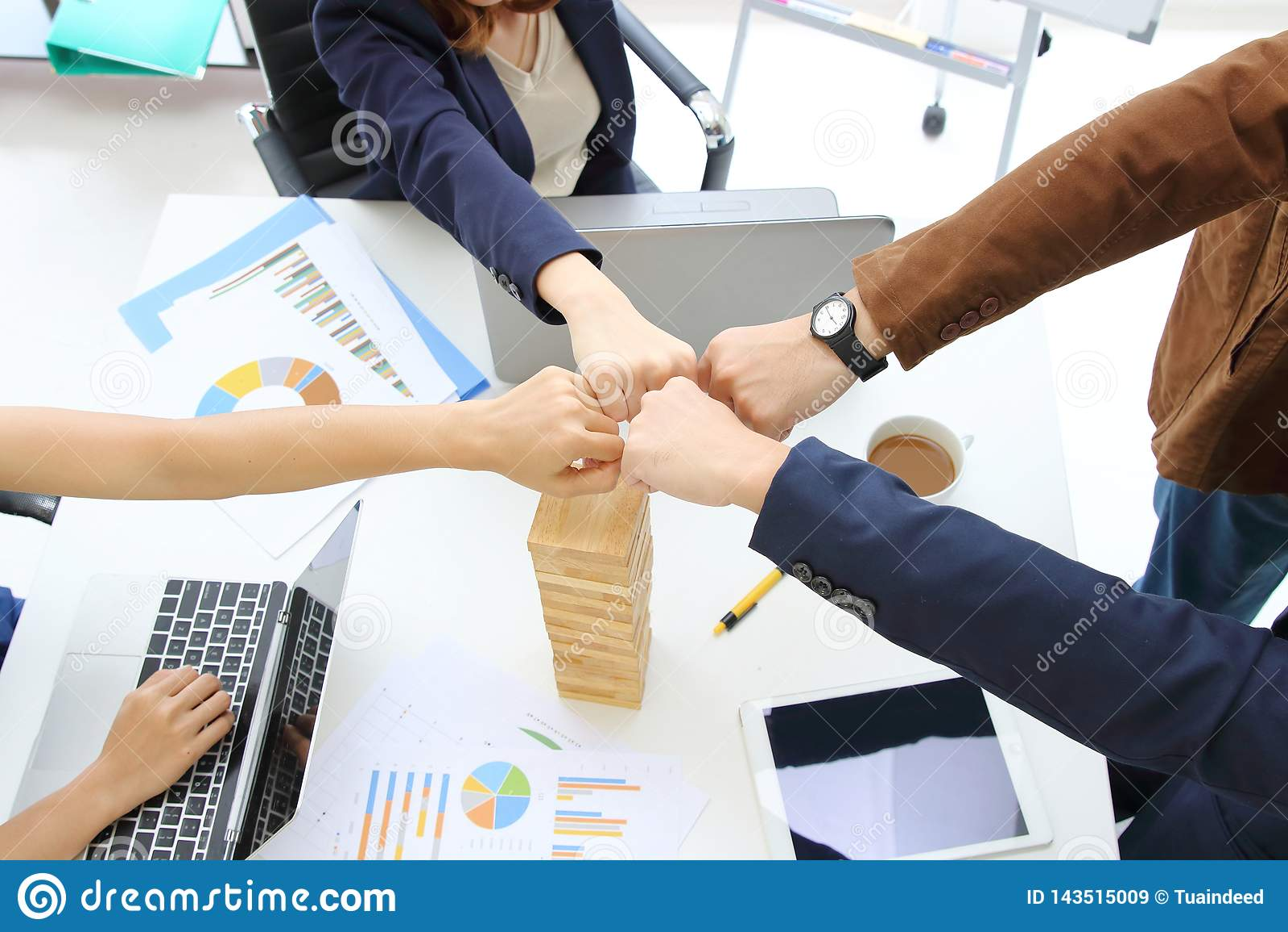 Las manos de los hombres de negocios jovenes que dan el puño topan juntas al tratamiento completo de saludo en oficina Concepto d