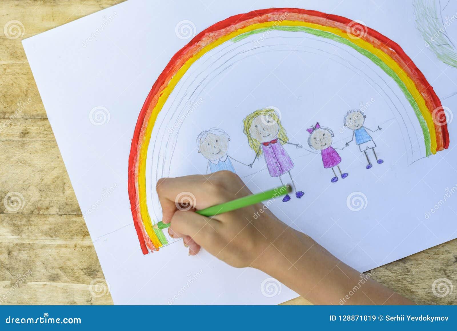 Las manos de los niños pintan un dibujo con un cepillo y las pinturas top VI